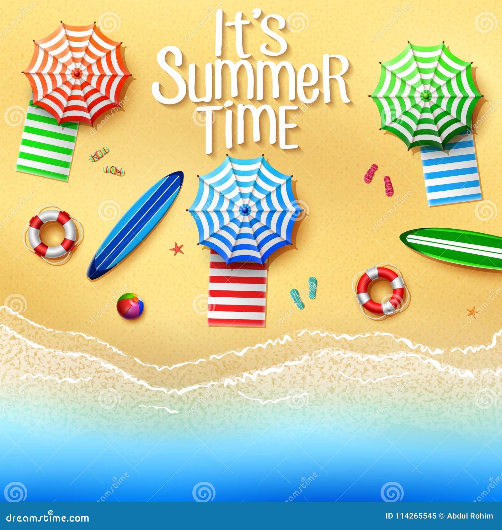 Het de zomertijd van ` s Hoogste mening van materiaal op het strand - paraplu s, handdoeken, surfplanken, bal, reddingsboei, pant