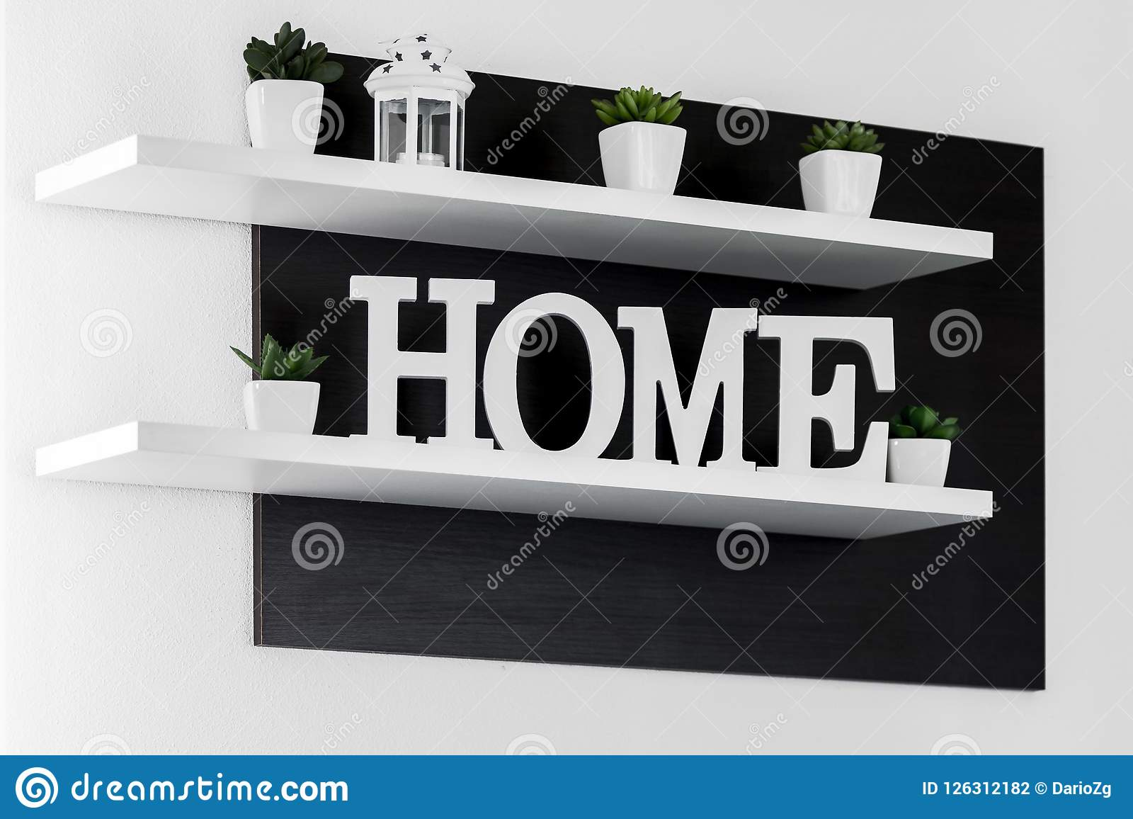 Het decor van huisbrieven op witte plank