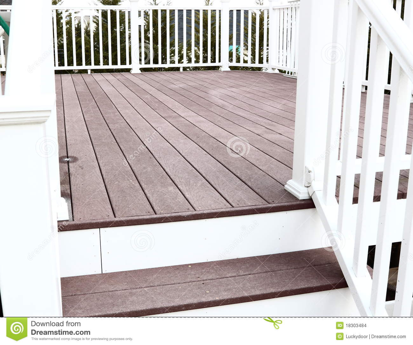 Het dekvloer van Trex met stappen