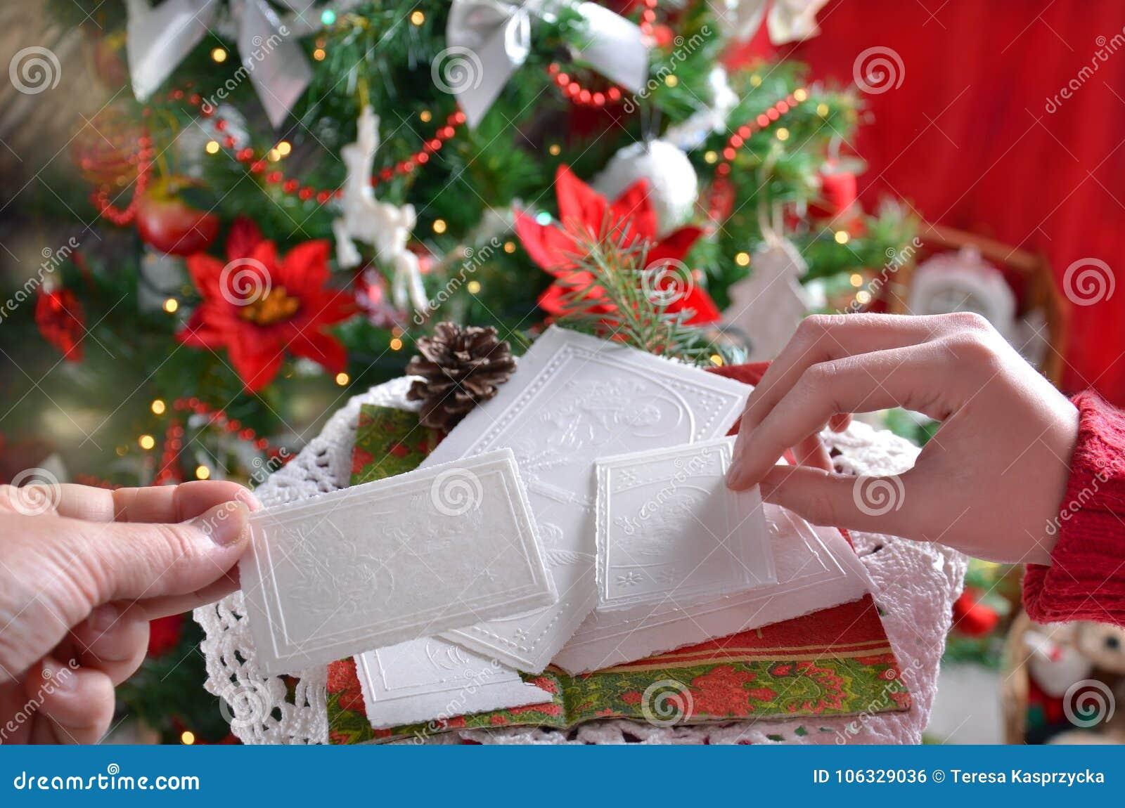 Het delen van het wafeltje van de Kerstmisvooravond