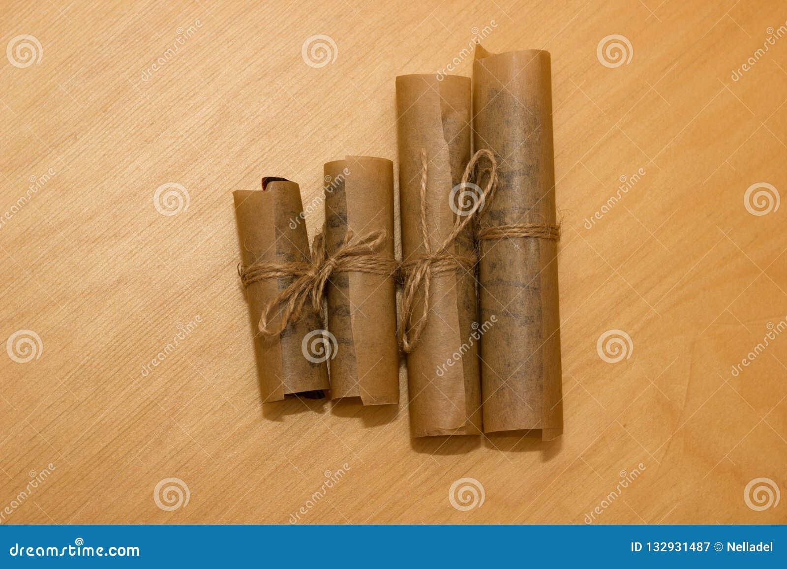 Het dessert van het broodjesdeeg in vetvrij die papier wordt met streng wordt gebonden verpakt die