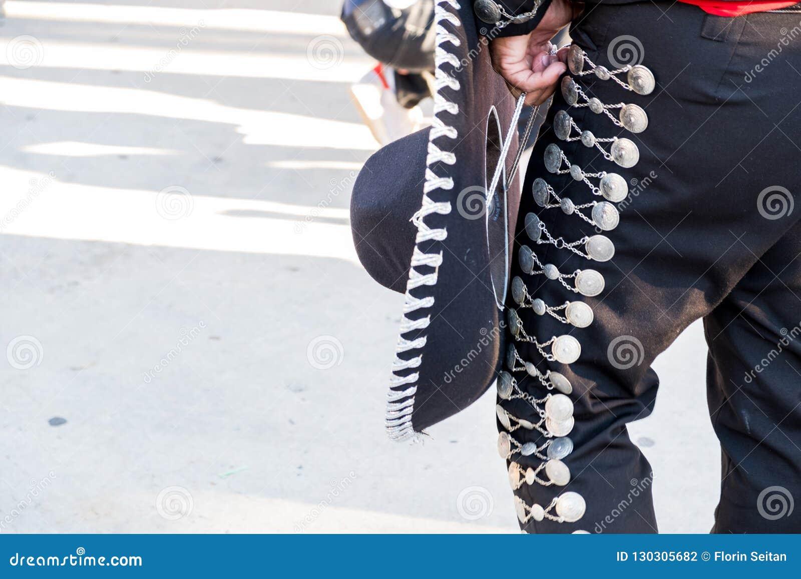Het detail van mariachi hijgt met ornamenten terwijl het spelen op een stadium