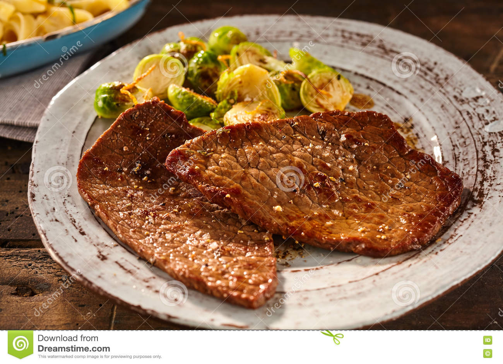 Het dienen van gemarineerd en gekookt miniem lapje vlees met veggies