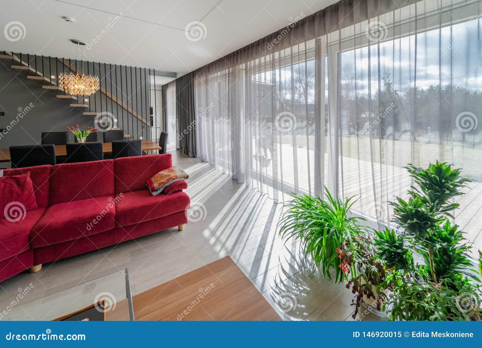 Het dineren gebied en woonkamer binnen modern huis