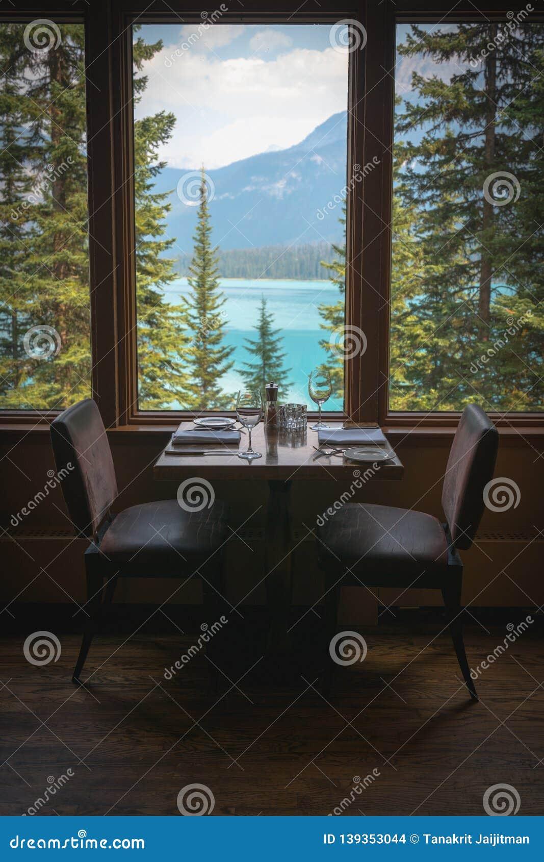 Het dineren reeks met de Emerald Lake-mening in Yoho National Park, Brits Colombia, Canada
