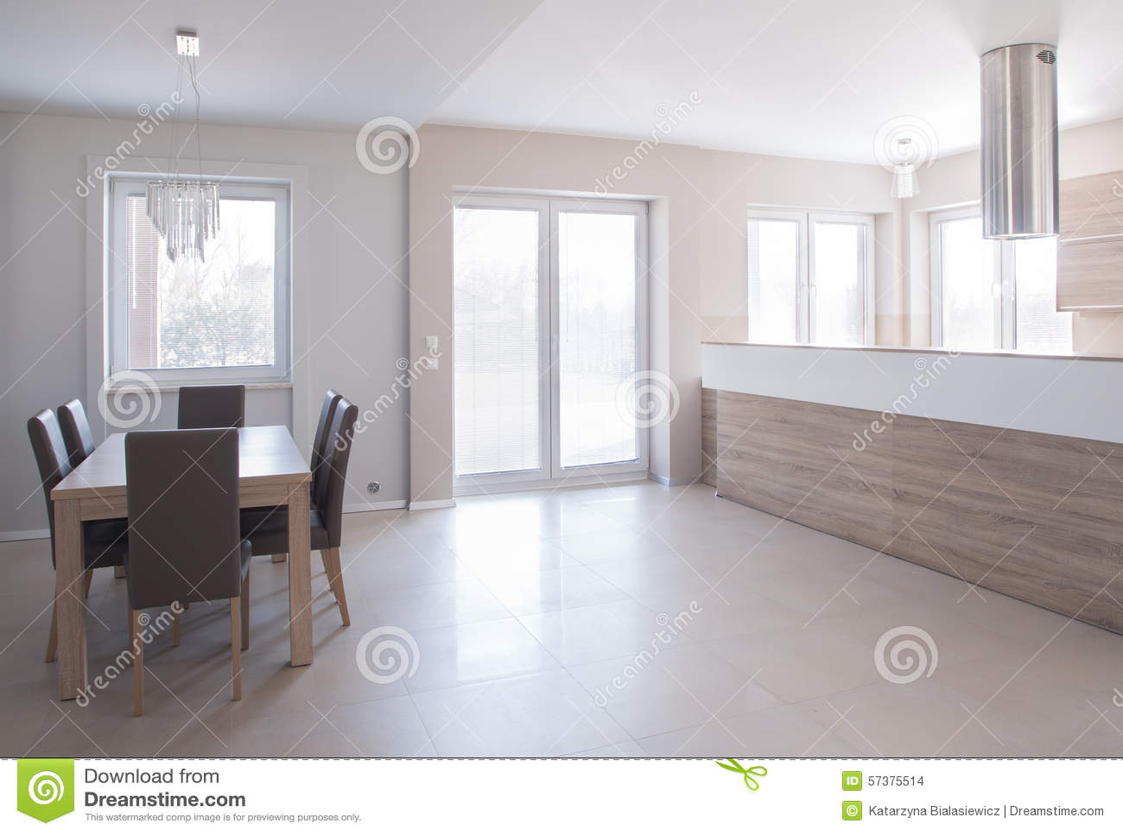 Het dineren ruimte in minimalistic huis