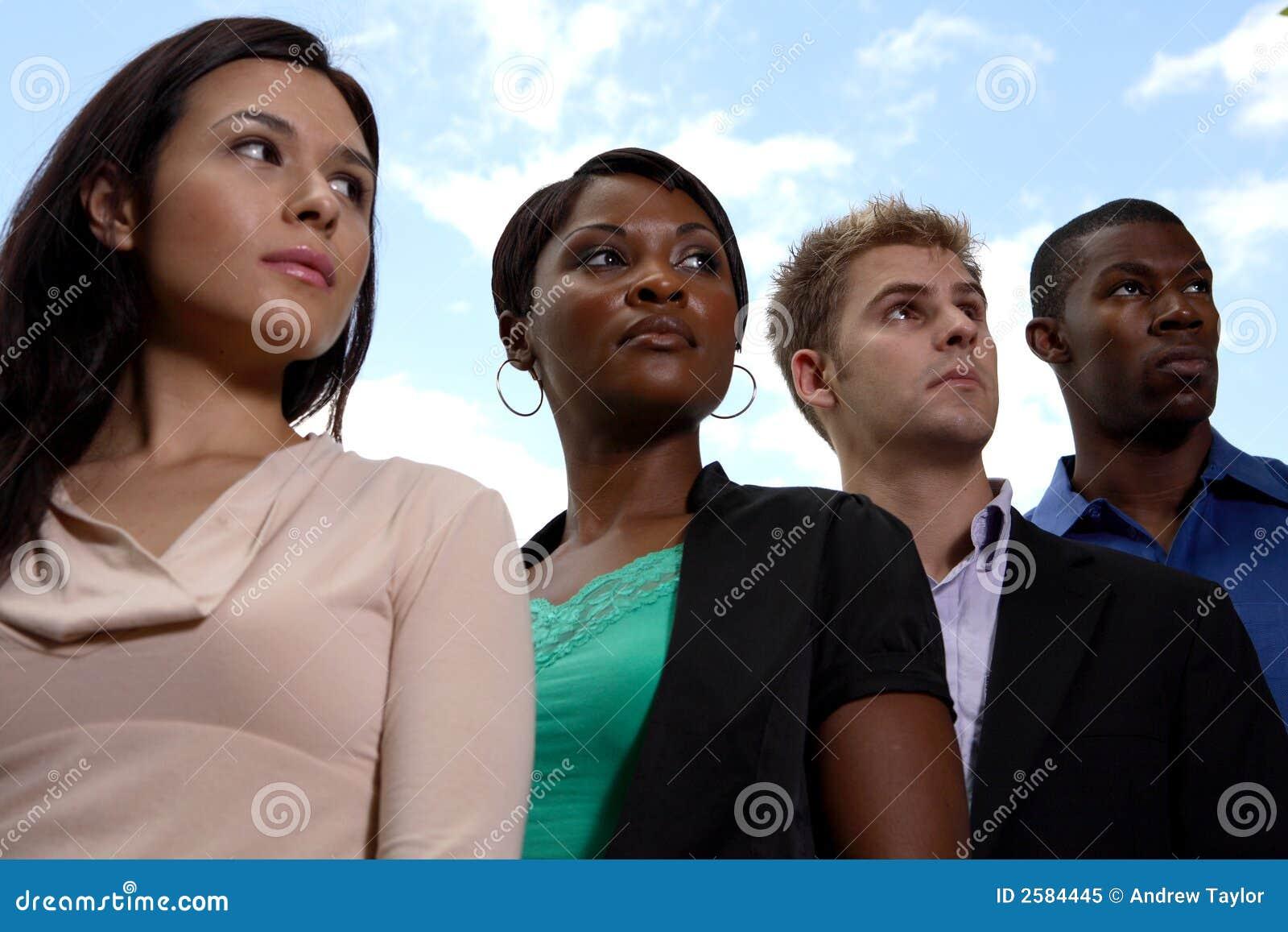 Het diverse commerciële team kijken