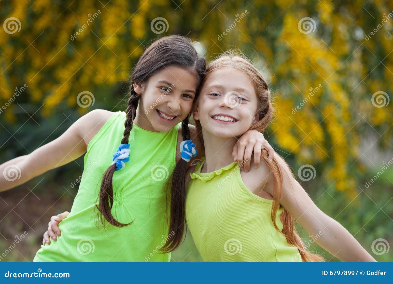 Het diverse gelukkige glimlachen, jonge geitjes