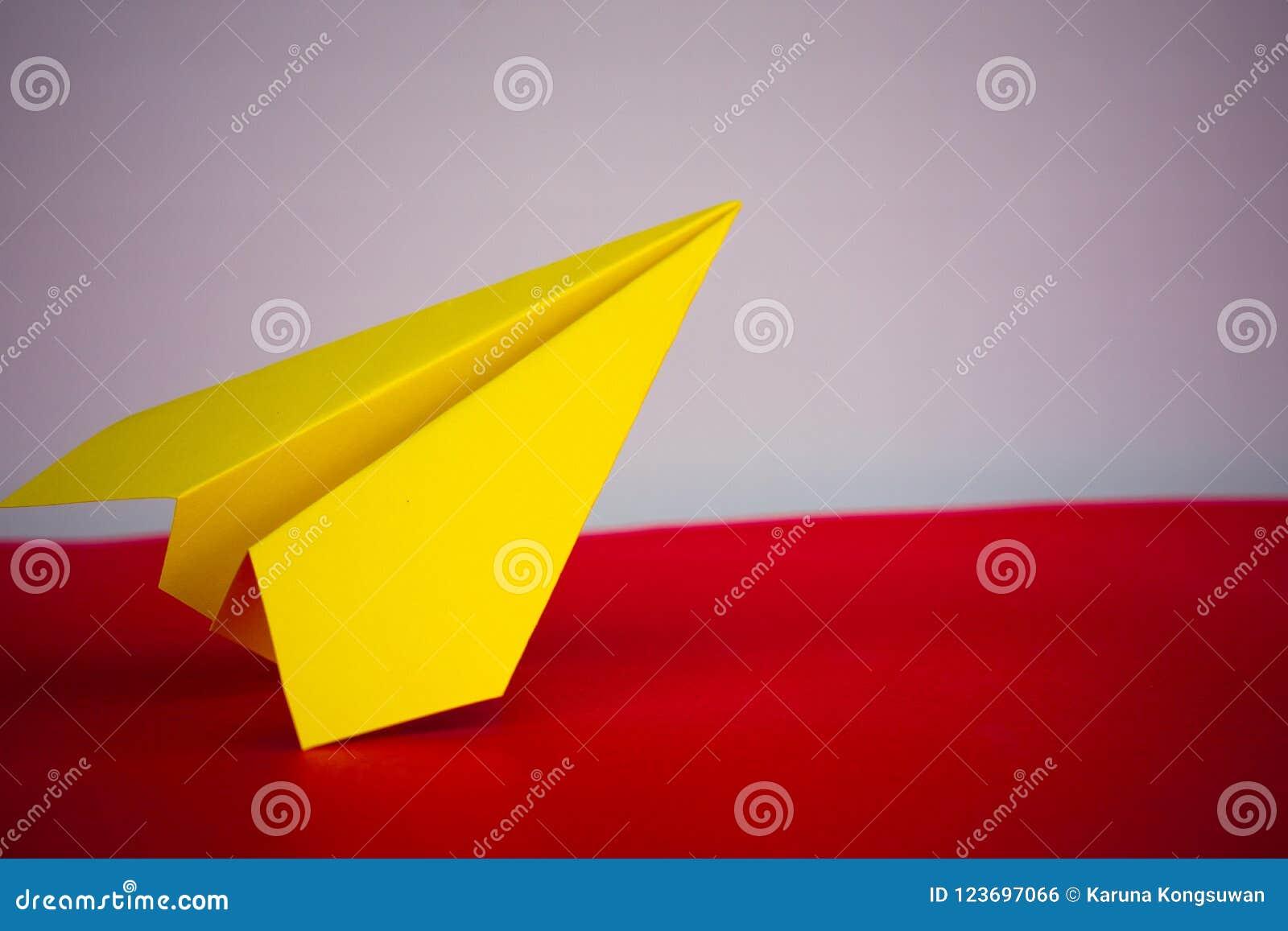 Het document van de vliegtuigenraket vouwen aan succes voor ontwerp