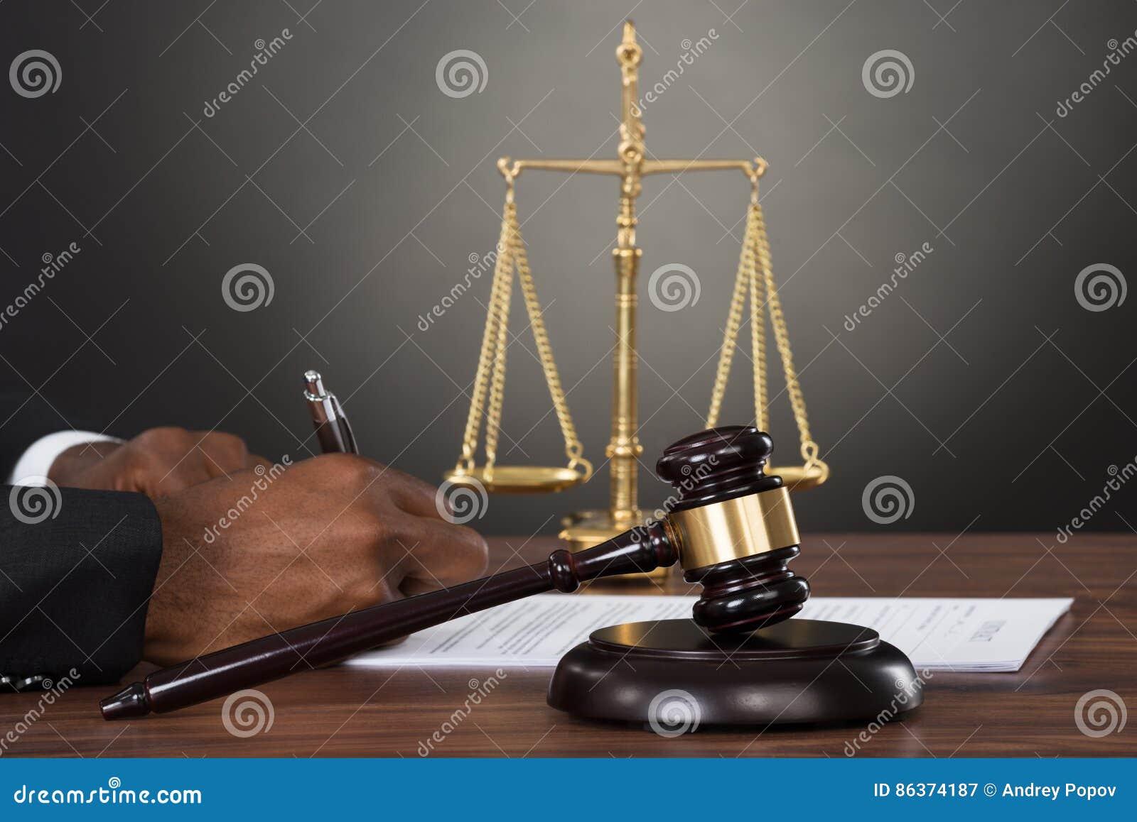 Het Document van rechtershands writing on bij Bureau