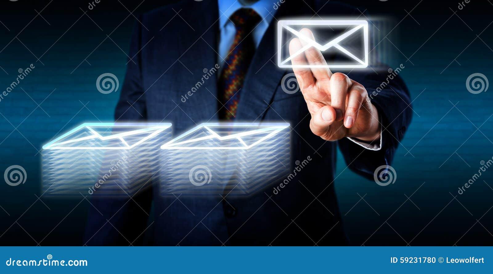 Het doen van Overwerk die Vele E-mail in Cyberspace stapelen