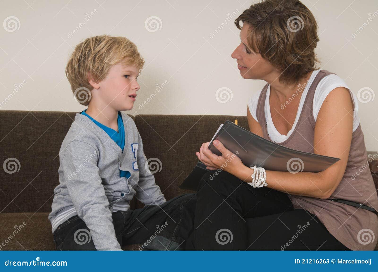Het doen van thuiswerk met moeder