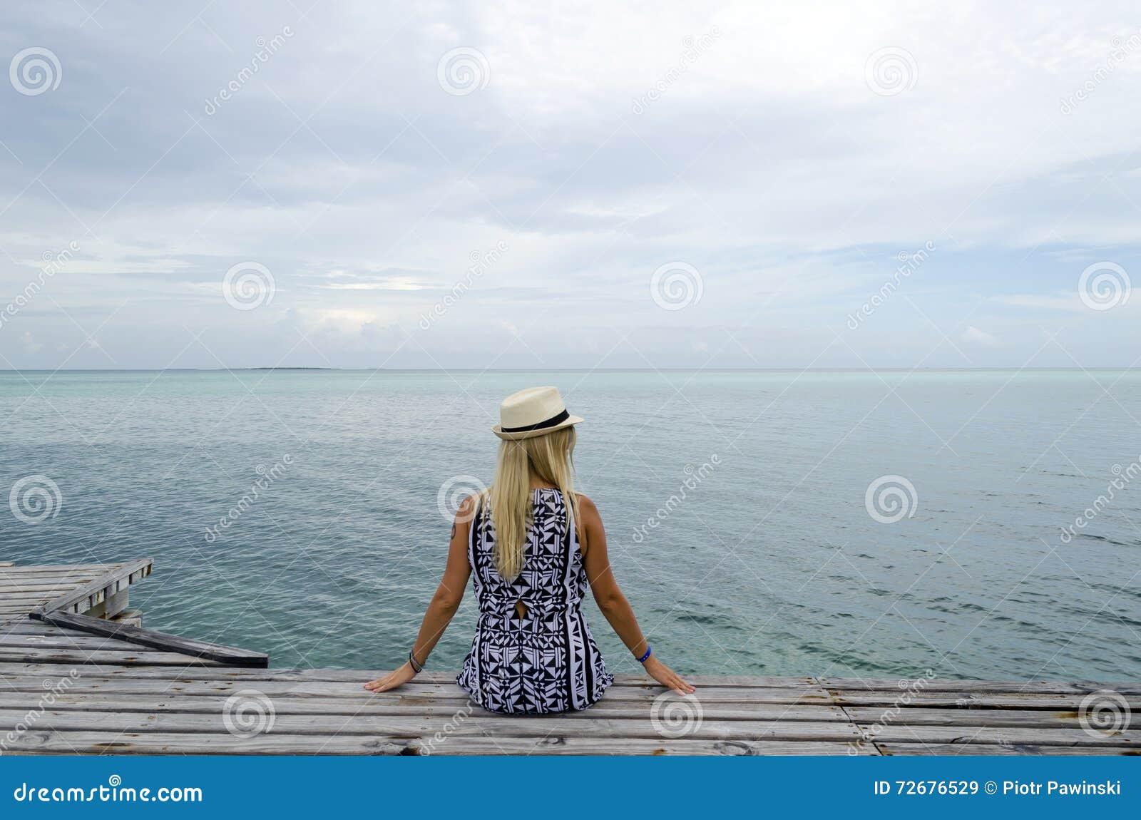 Het dok van Pasarelahemingway met jonge vrouw