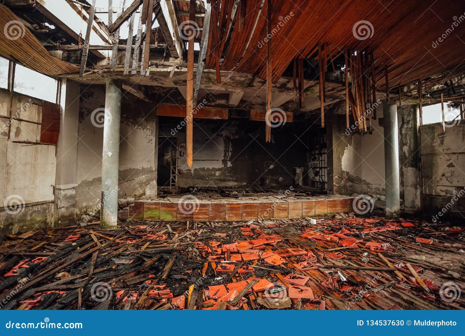 Het donkere griezelige binnenland ruïneerde doen ineenstorten verlaten stadium of bioskooptheater