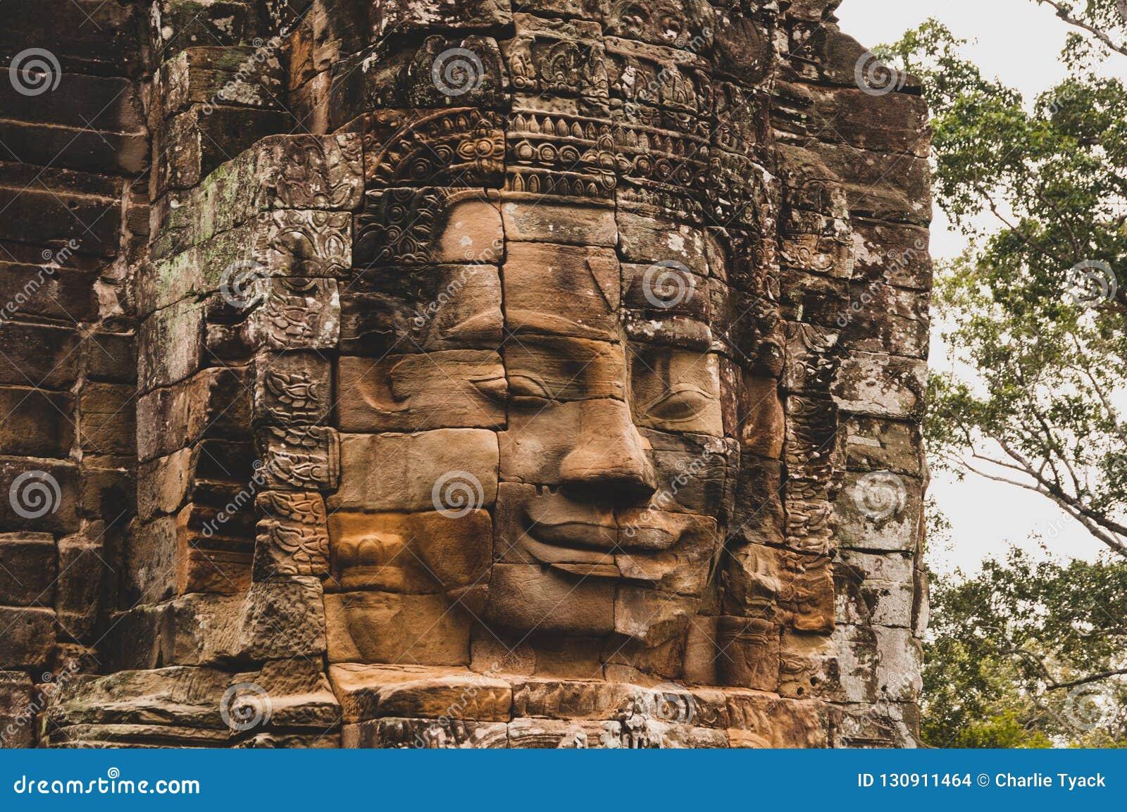 Het doorstane, korstmos-Behandelde Steen Hoofdstandbeeld in Angkor Wat, Siem oogst, Kambodja, Indochina, Azië - zie in kleur onde
