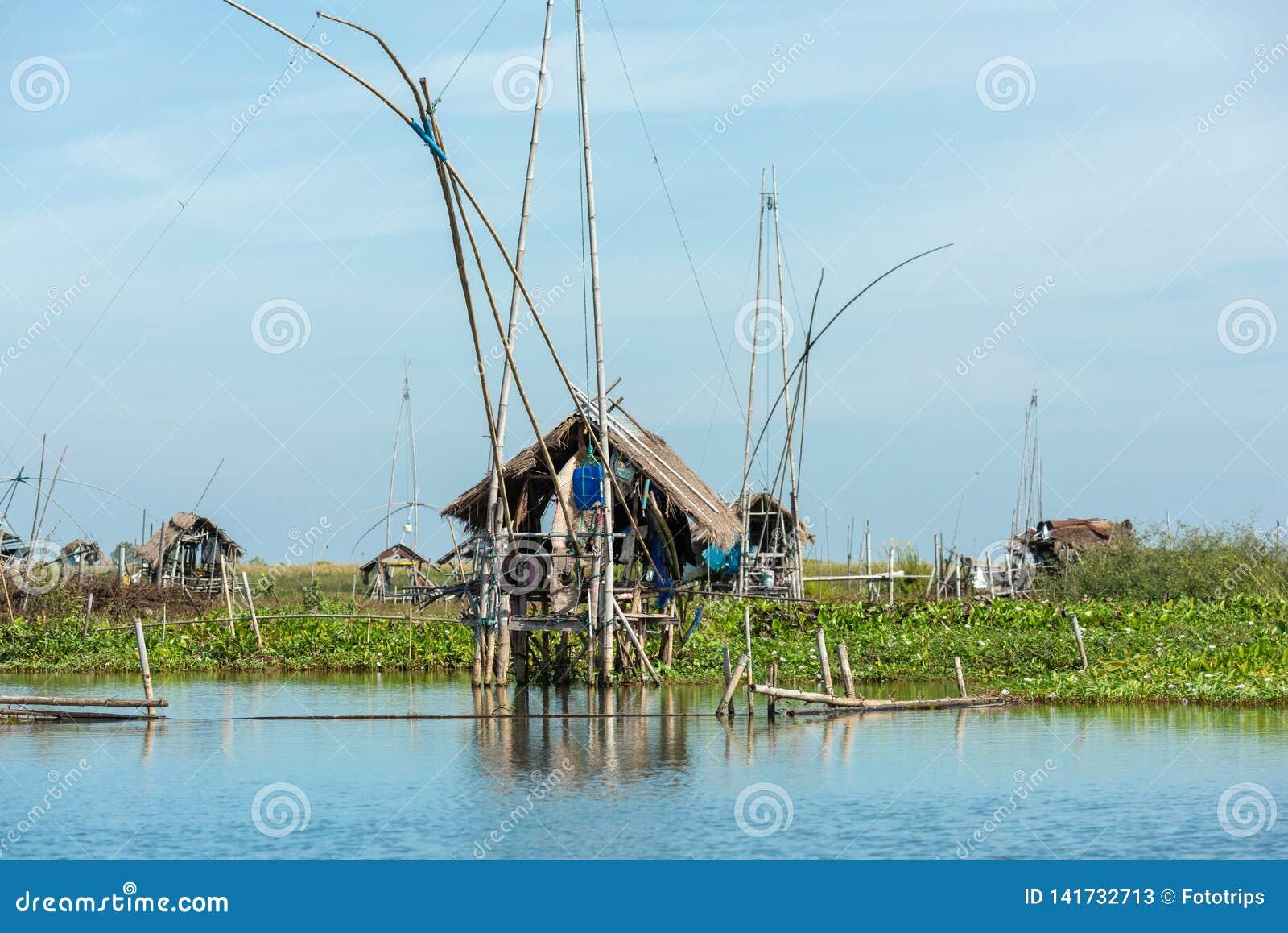 Het dorp van de visser in Thailand met een aantal visserijhulpmiddelen genoemd 'Yok Yor ', traditionele de visserijhulpmiddelen v