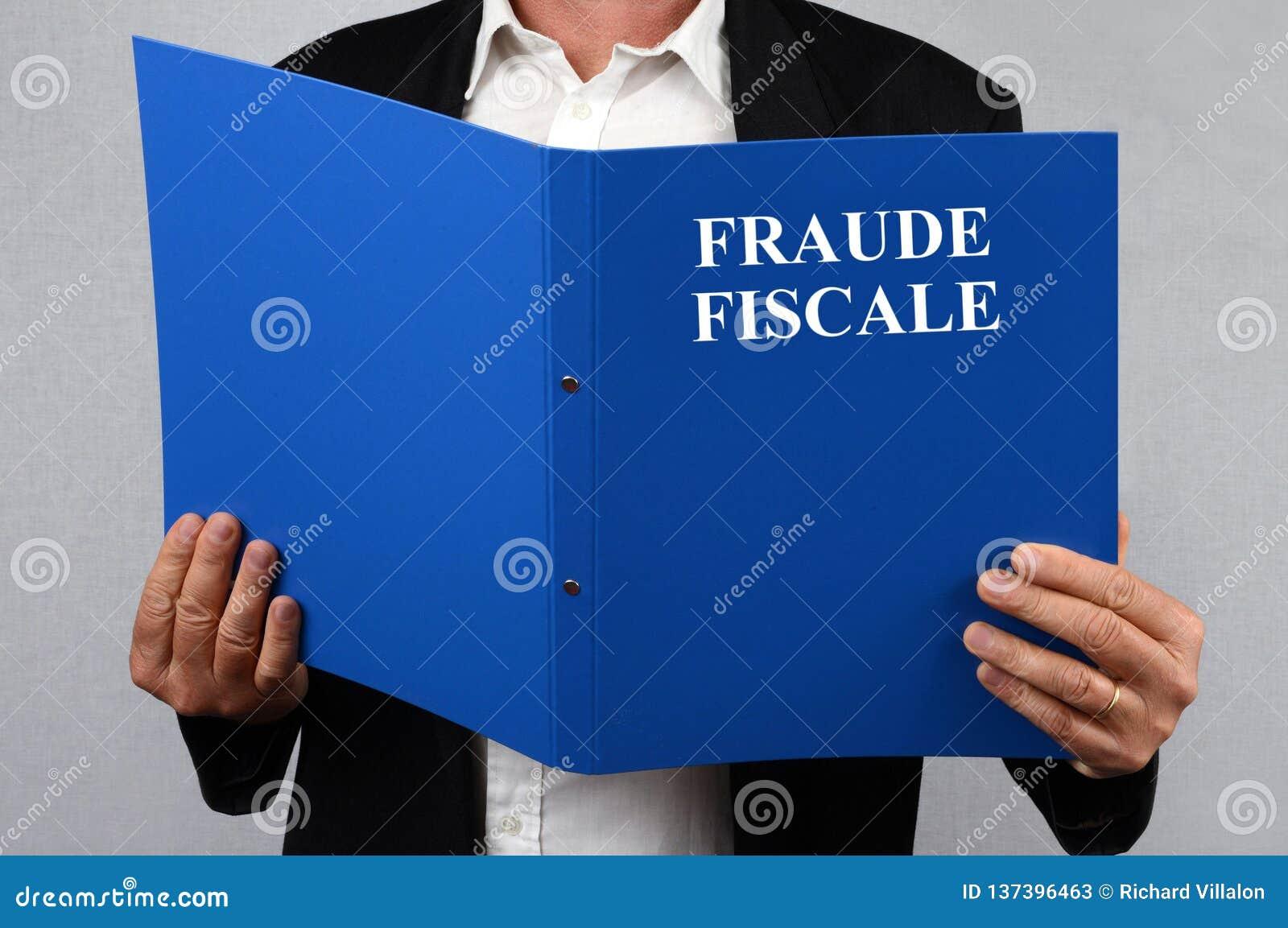 Het dossier van de belastingsfraude in hand door een niet herkenbare persoon wordt gehouden die