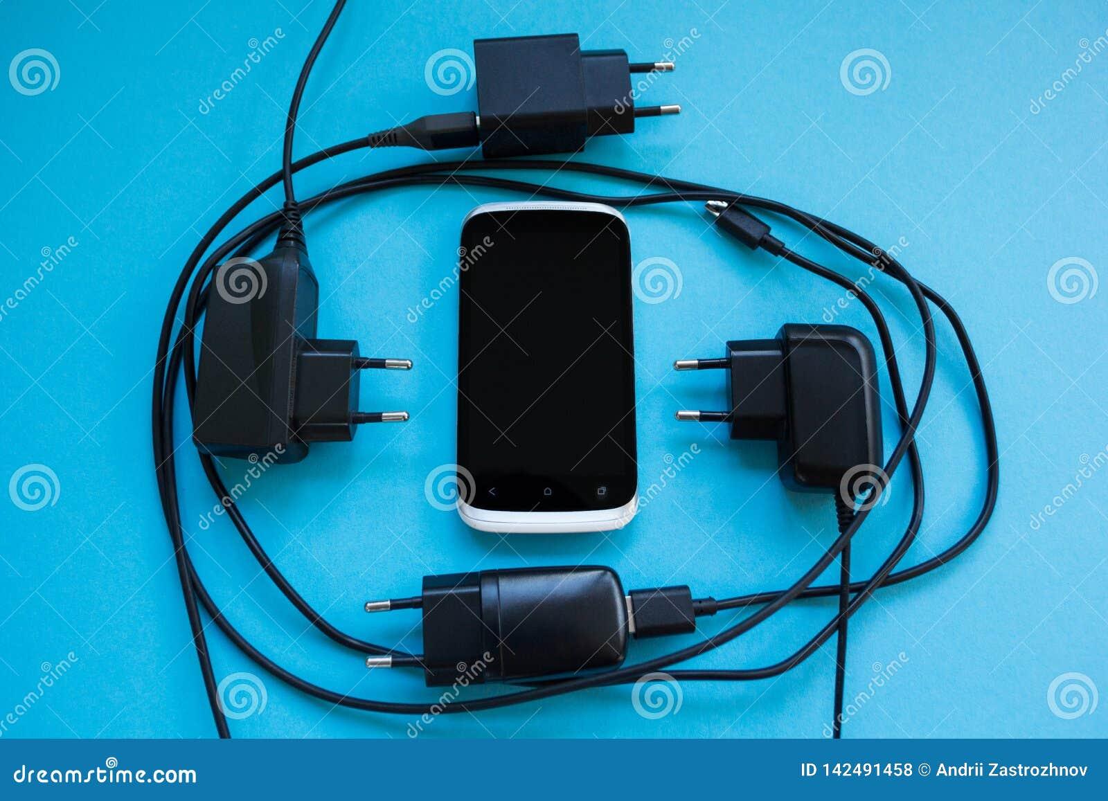 Het draadloze laden voor smartphone op een blauwe achtergrond, concept