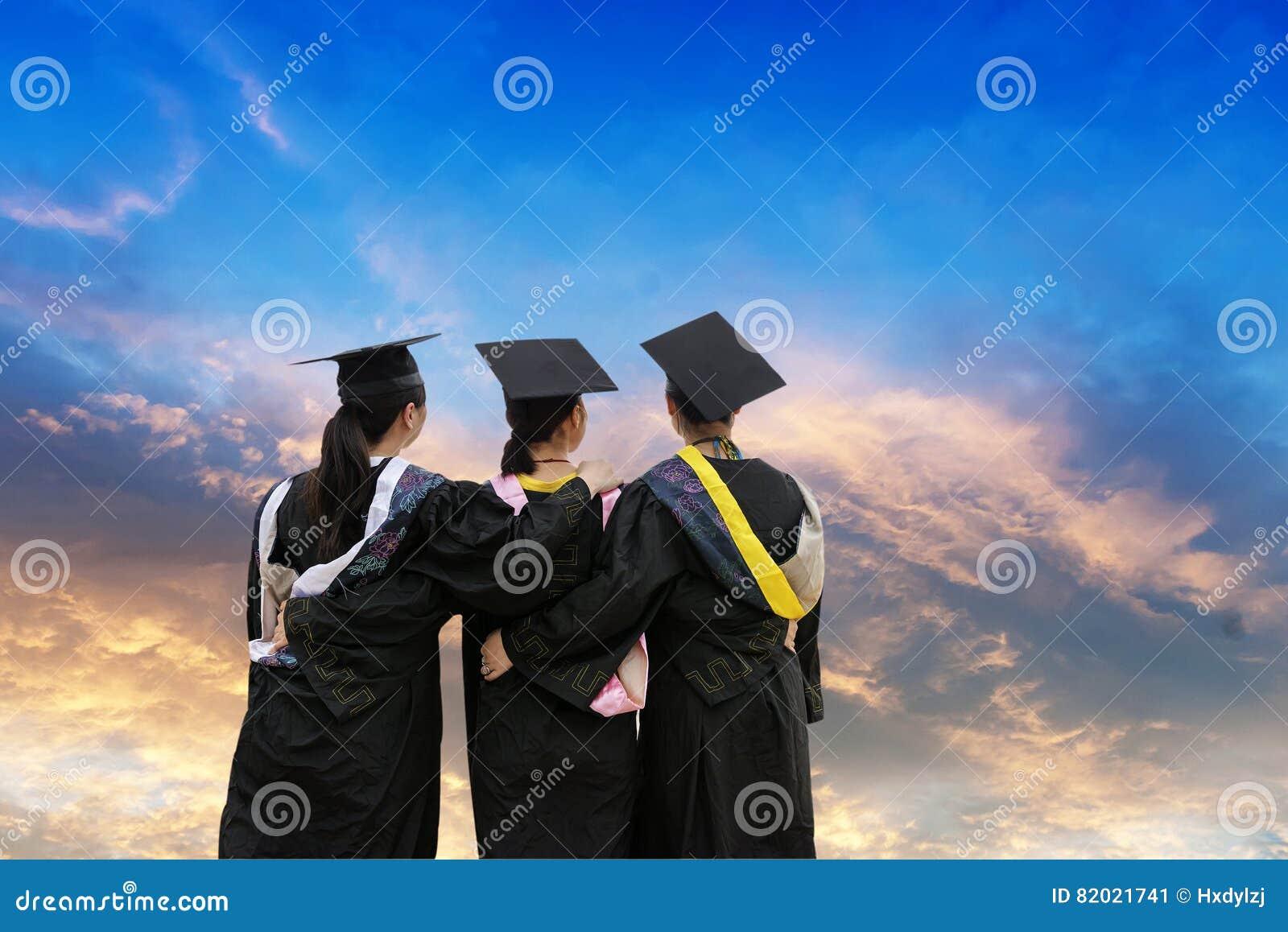 Het dragen van studenten van een de doctorale graduatiekleding