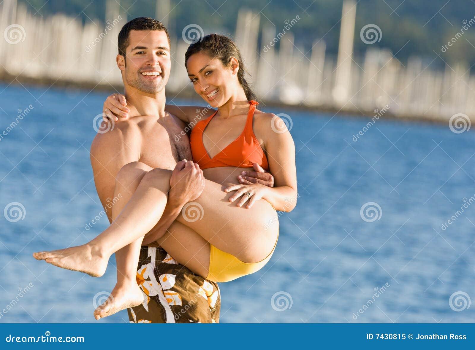 Het dragende meisje van de vriend bij strand
