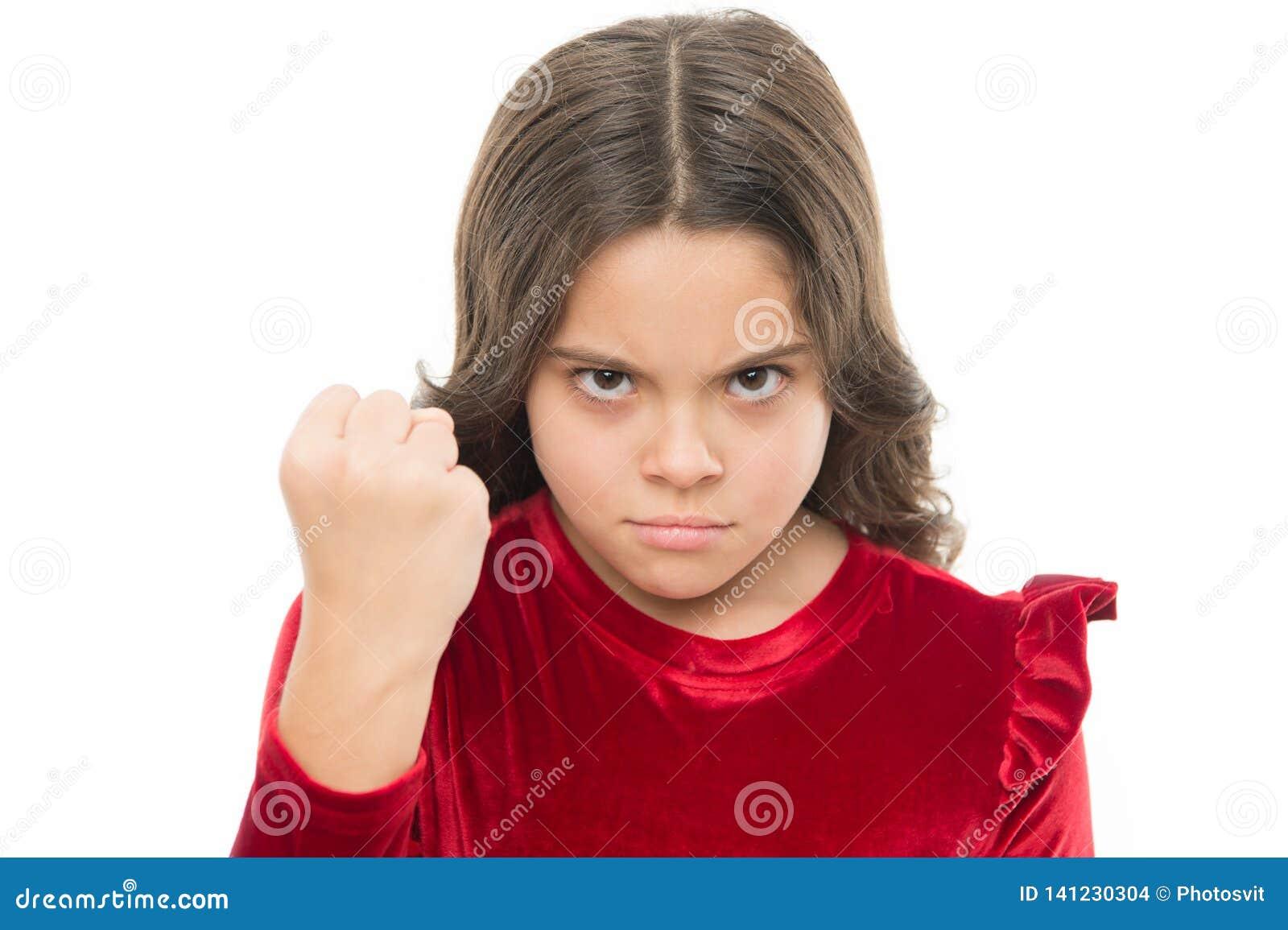 Het dreigen met fysieke aanval Het concept van de jonge geitjesagressie Agressief meisje die u dreigen te slaan Gevaarlijk meisje