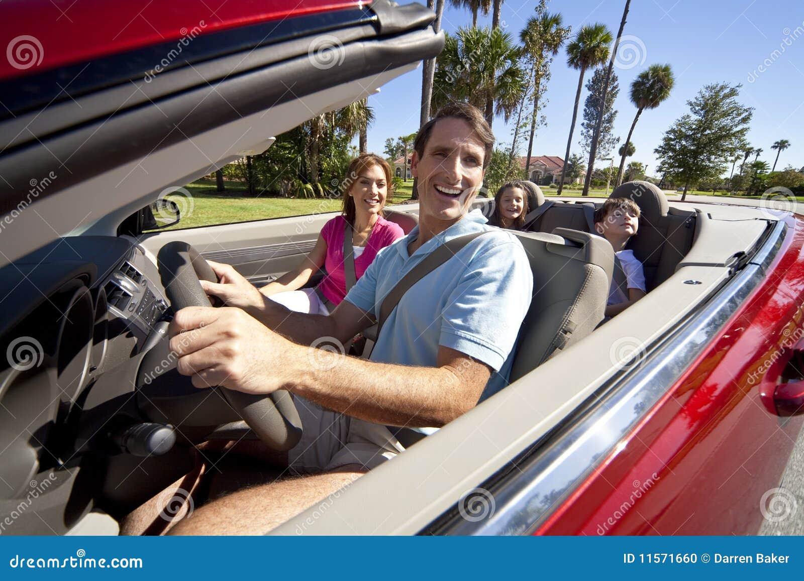 Het Drijven van de familie in Convertibele Auto