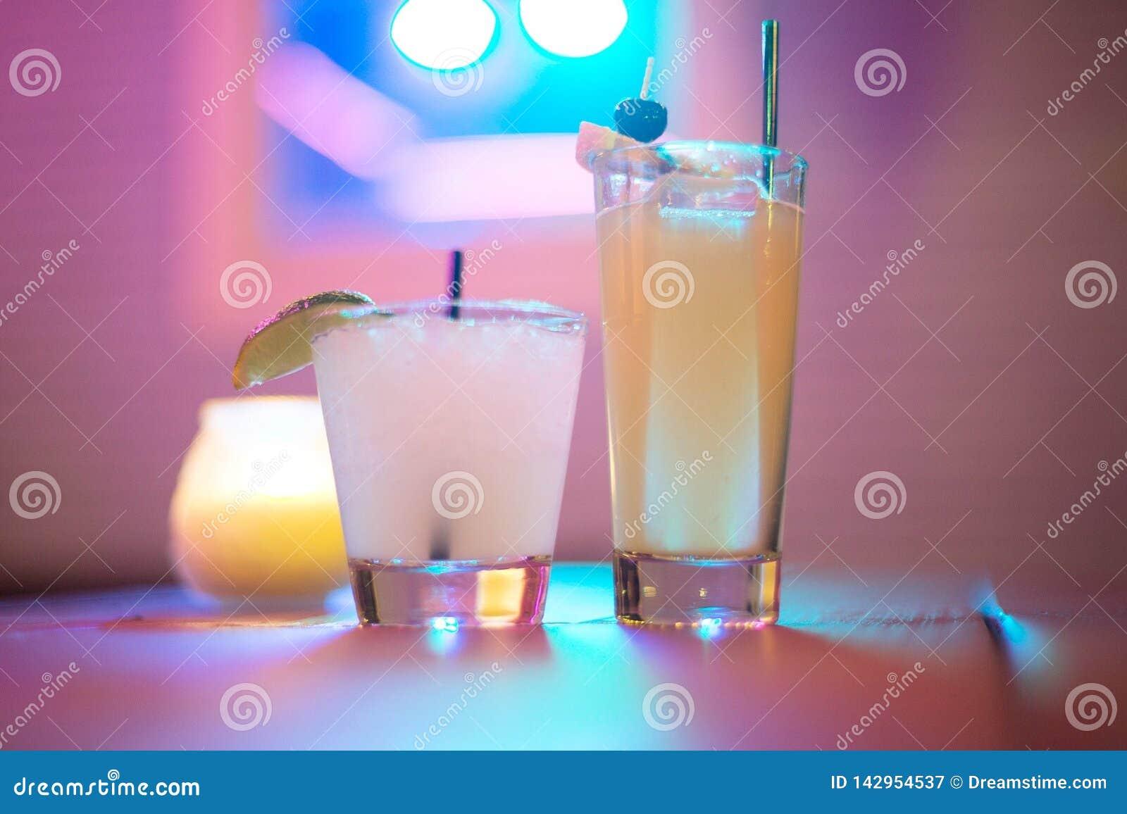Het drinken in de neonlichten