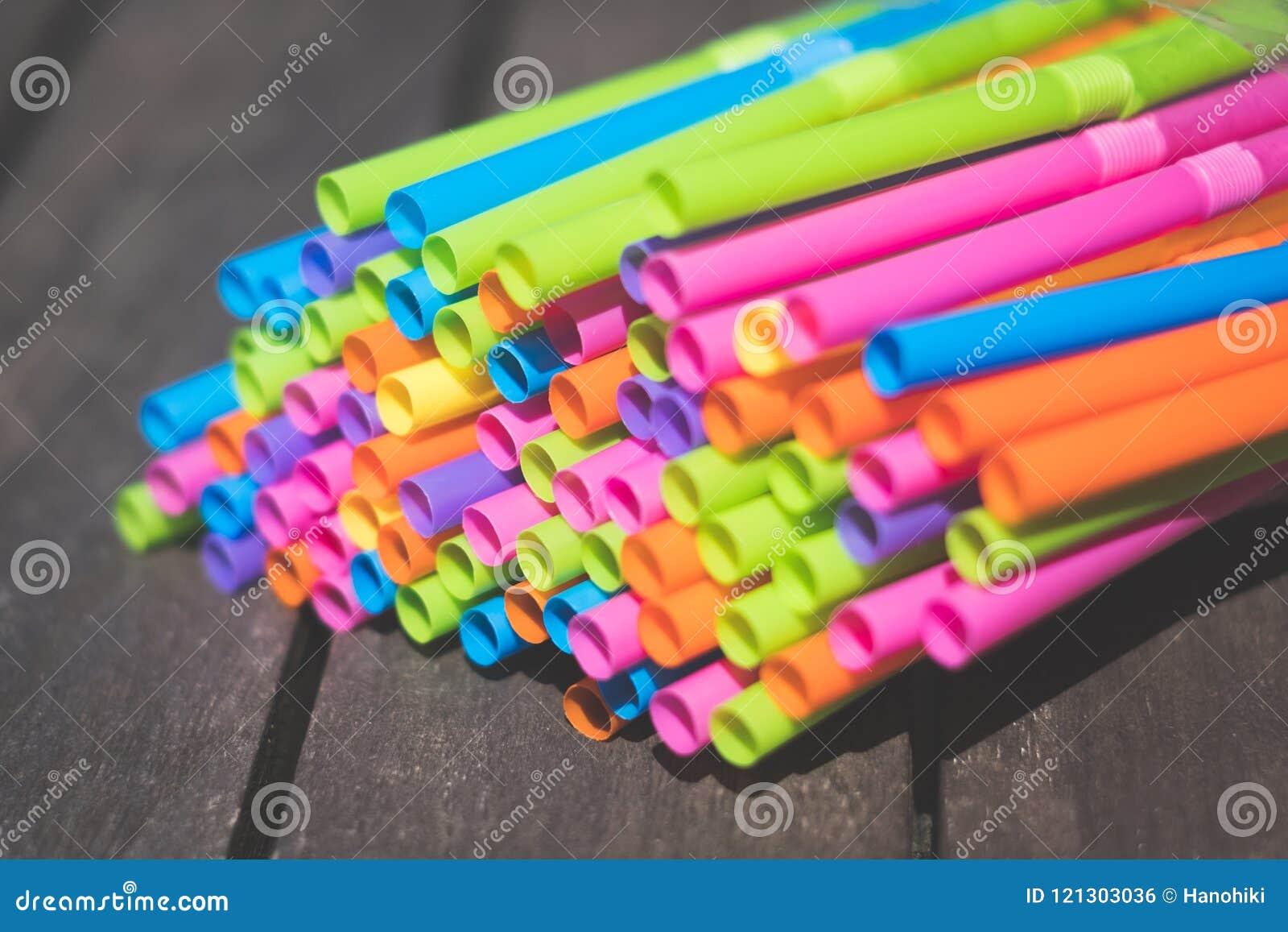 Het drinken stroclose-up, kleurrijke plastic stromacro