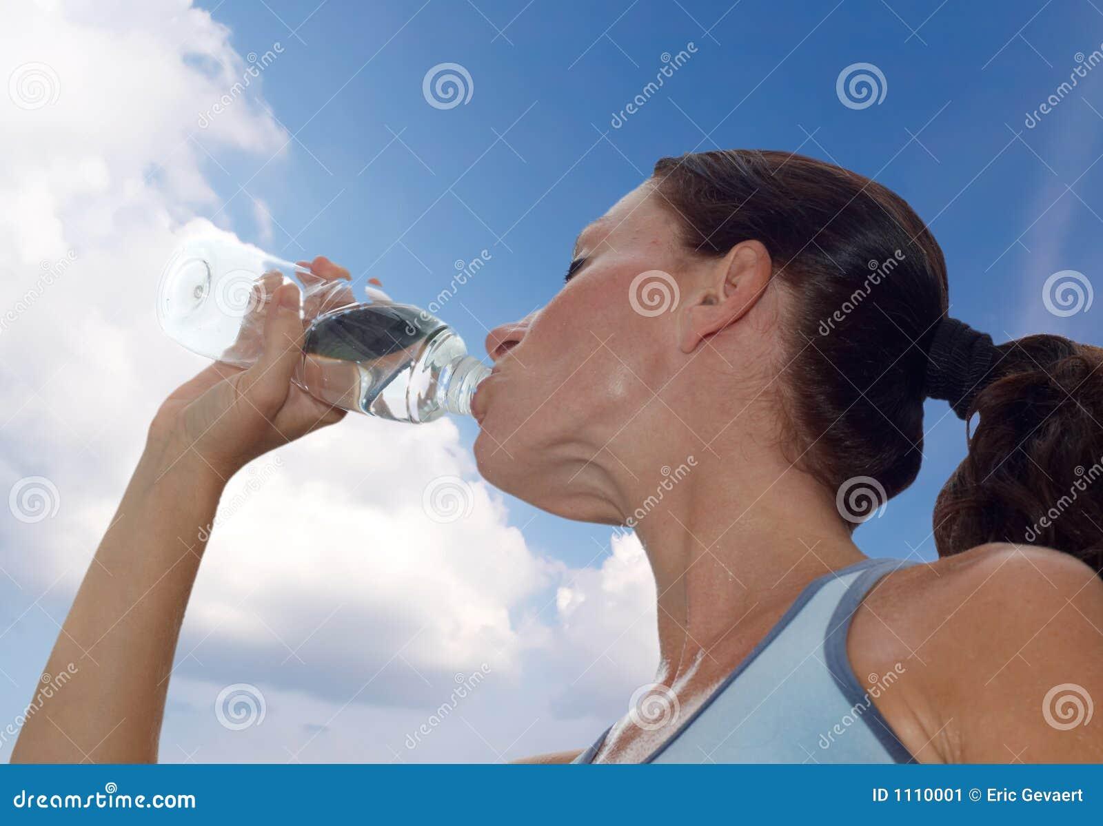 Het drinken van de vrouw na training