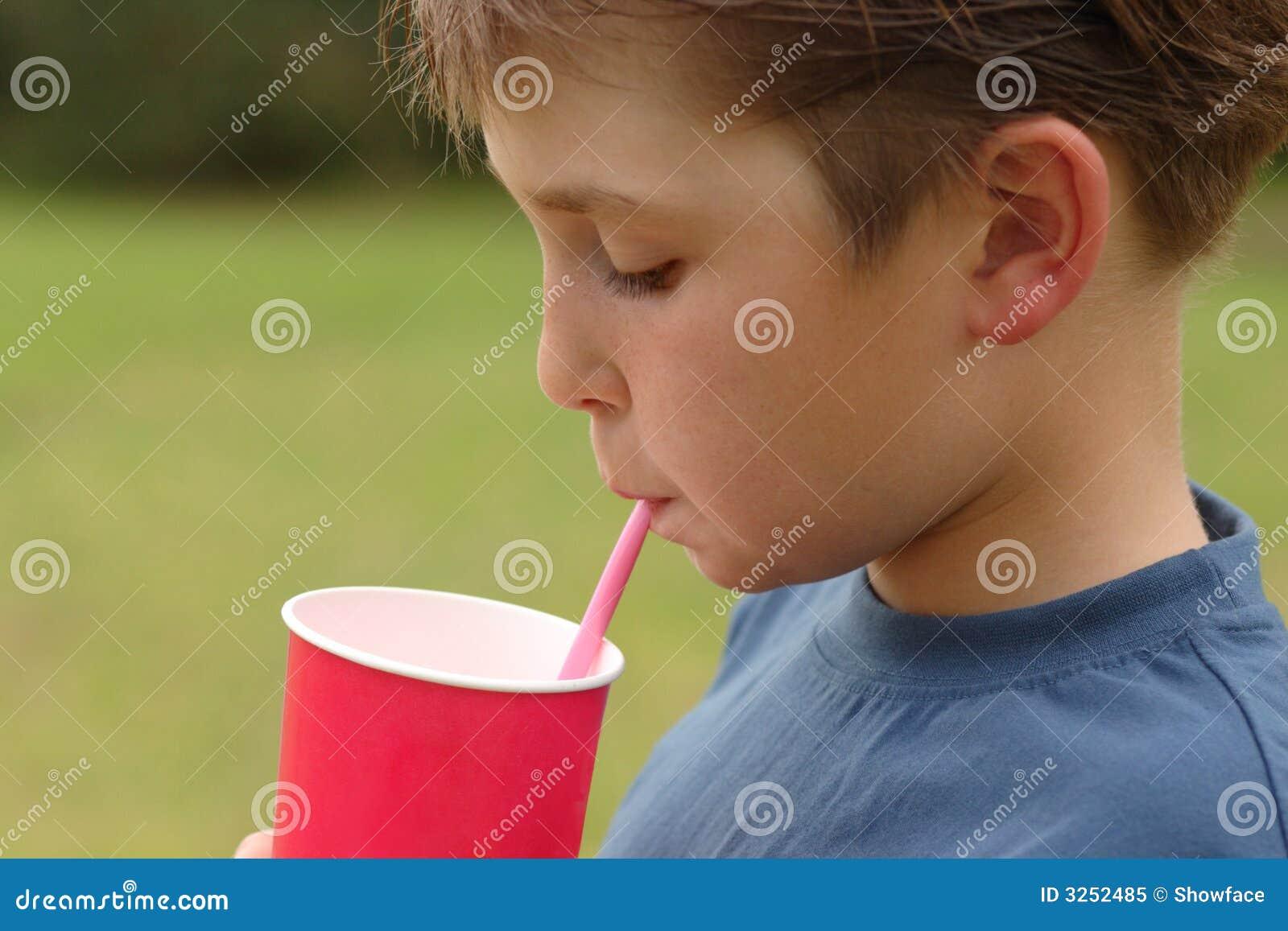 Het drinken van het kind door een stro