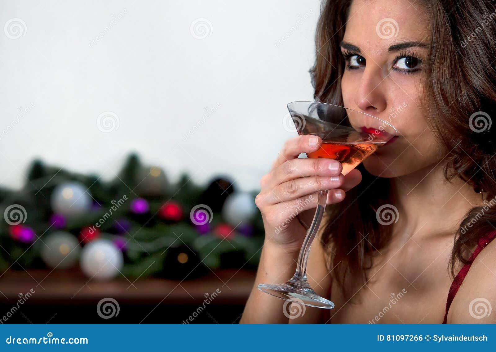 Het drinken van het meisje cocktail