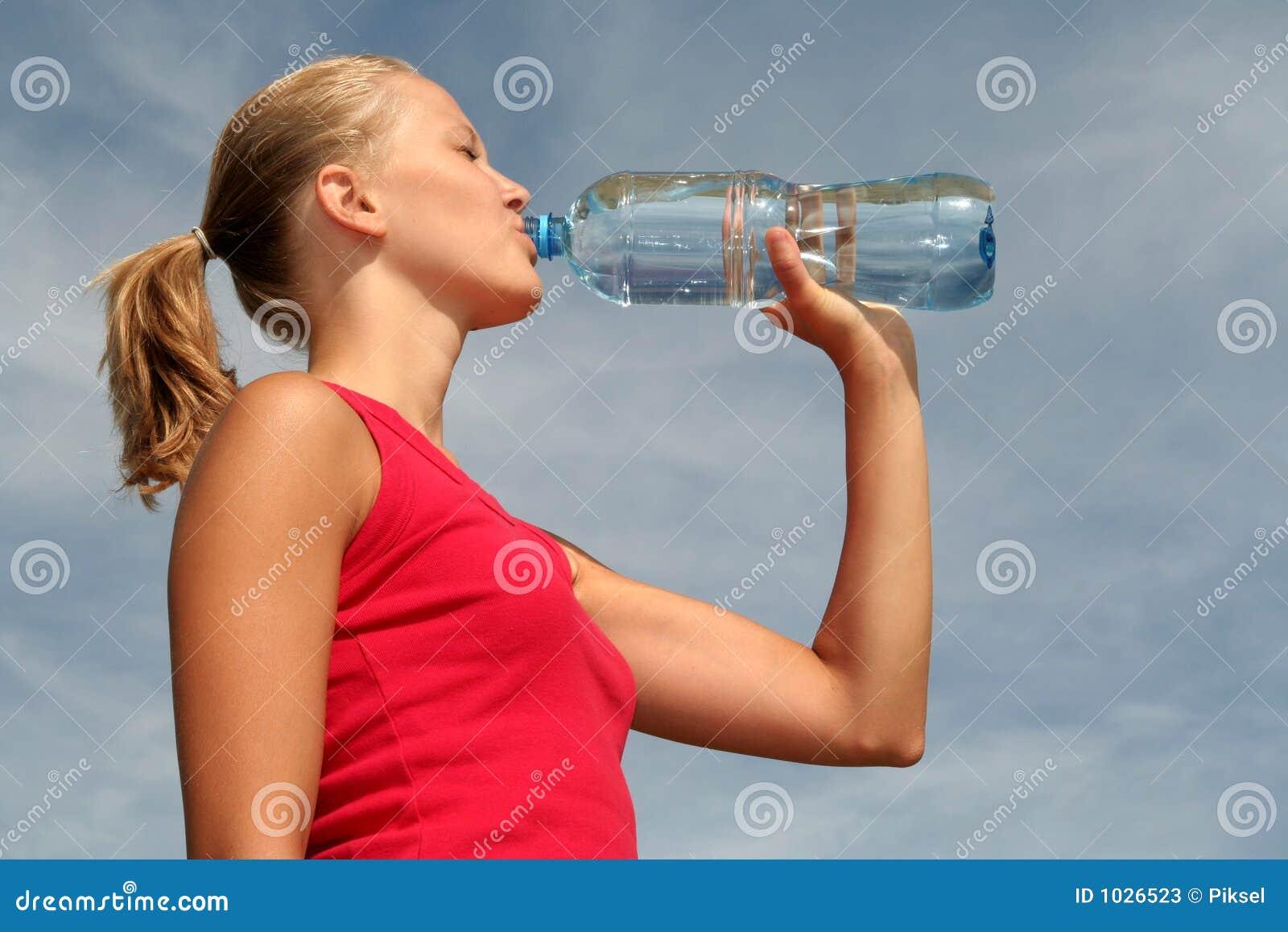 Het drinkwater van de vrouw