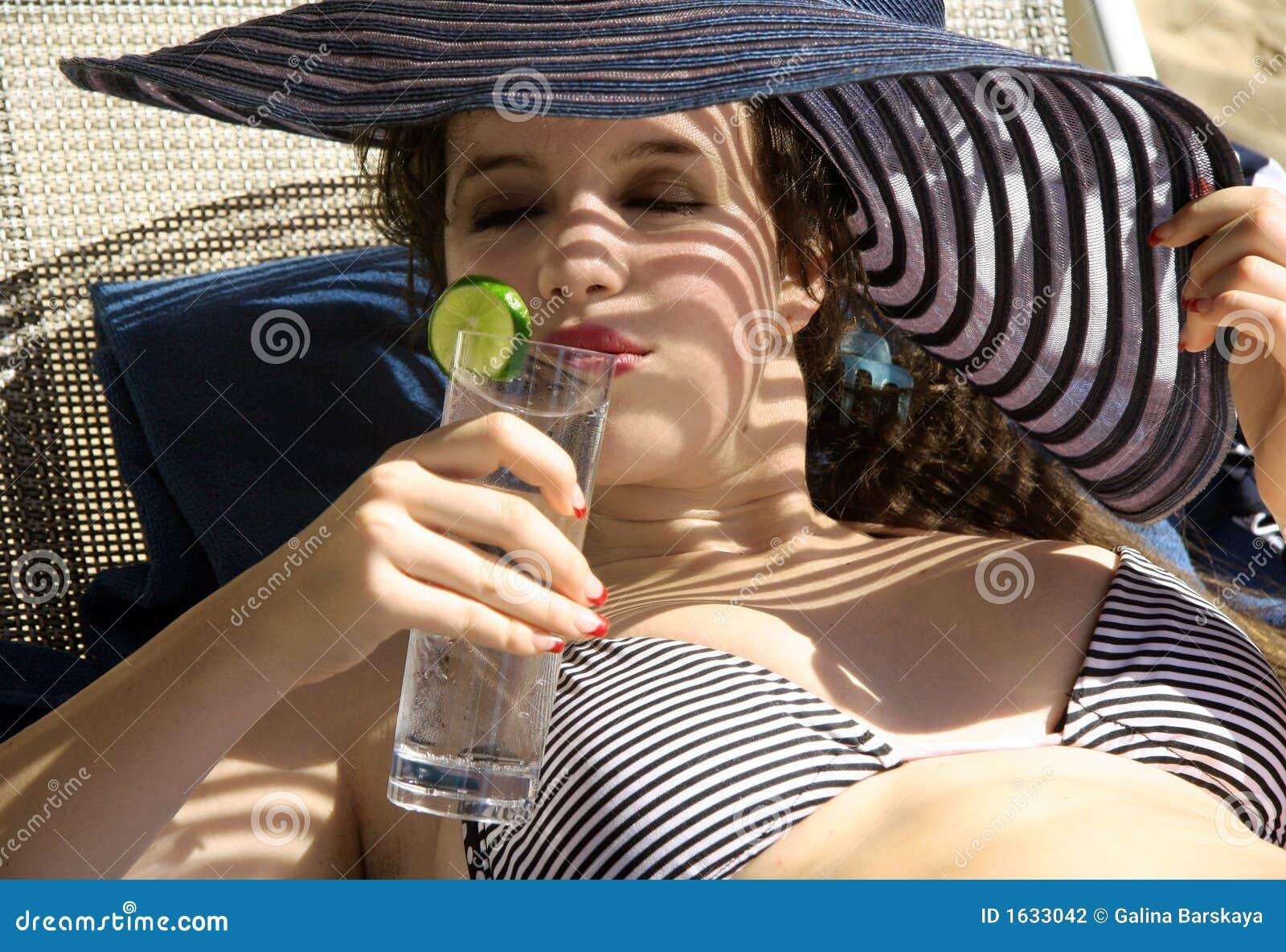 Het drinkwater van het meisje