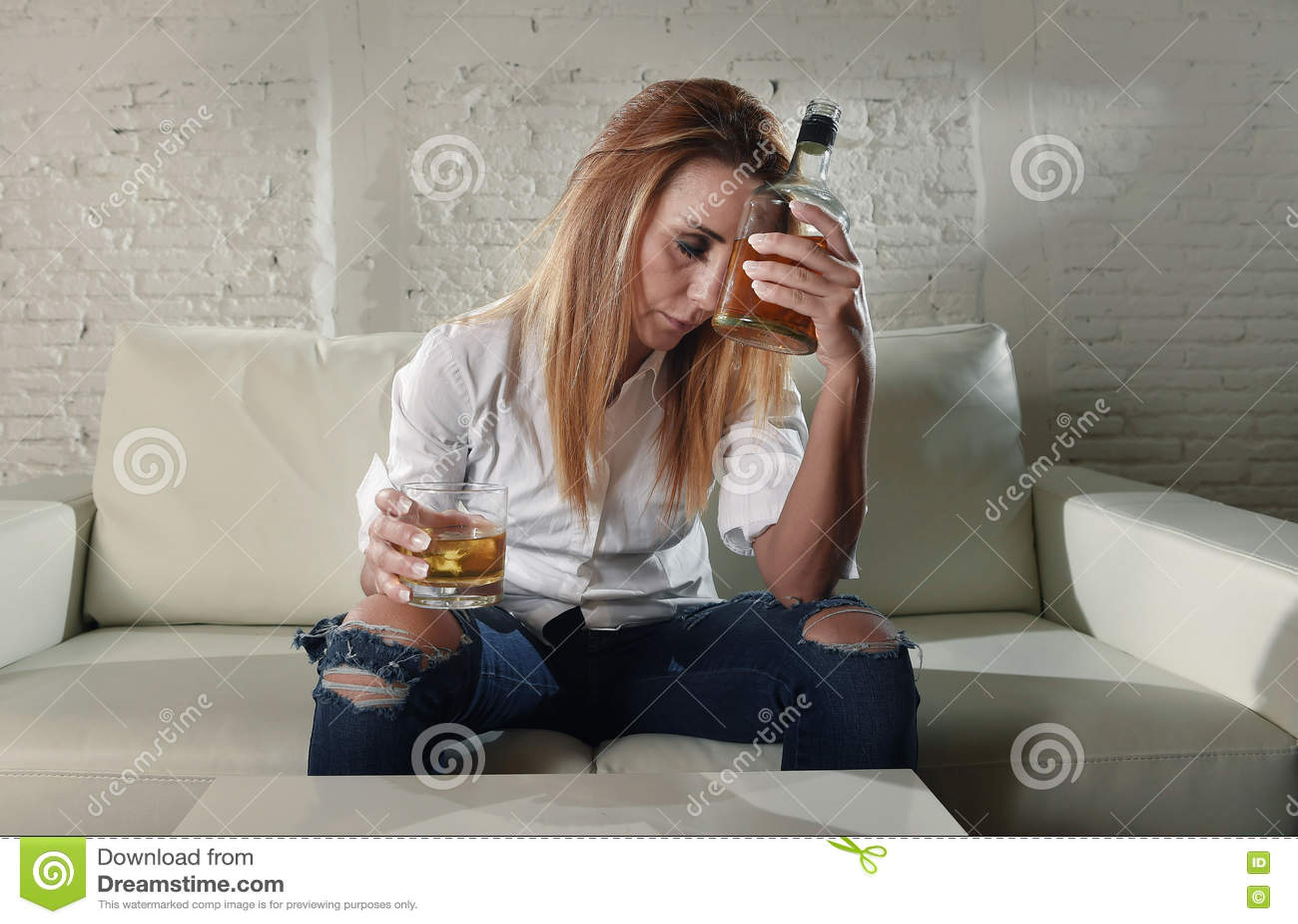 Het droevige gedeprimeerde alcoholische gedronken vrouw drinken thuis in het misbruik en het alcoholisme van de huisvrouwenalcoho