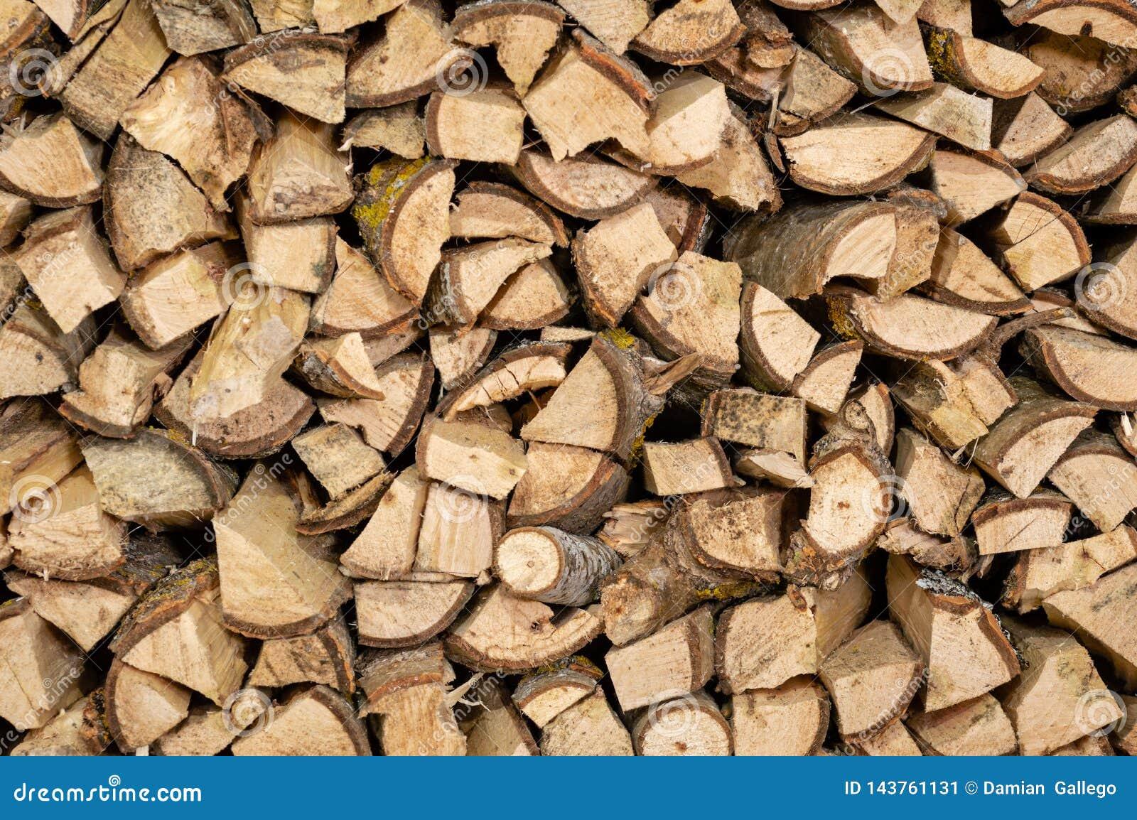 Het droge gehakte brandhout opent een stapel voor de winter het programma