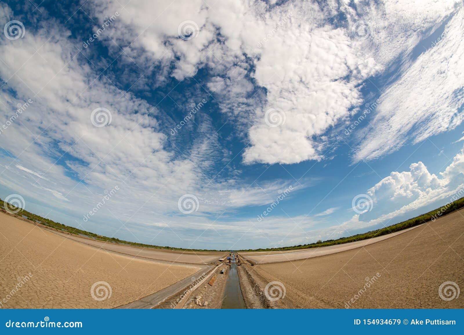 Het droge land, de middaggier en de heldere hemel zijn Er vele types van witte behandelde wolken