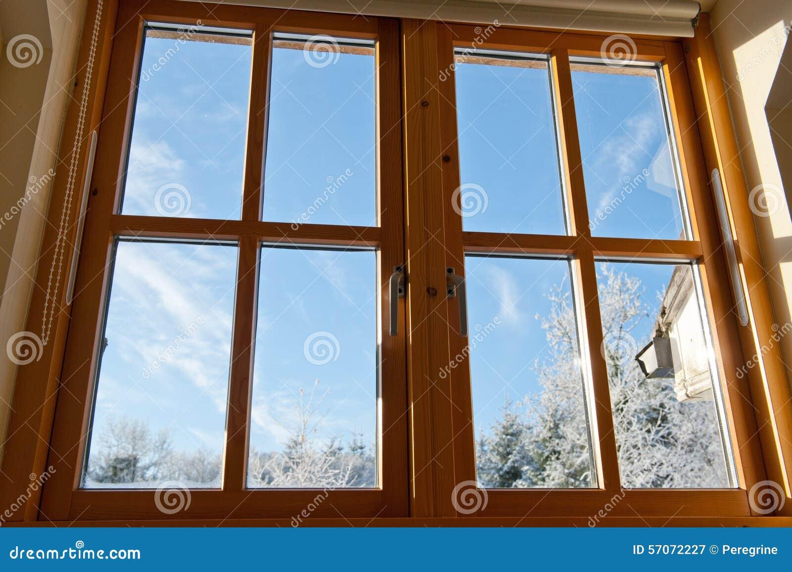 Het dubbel verglaasde houten venster