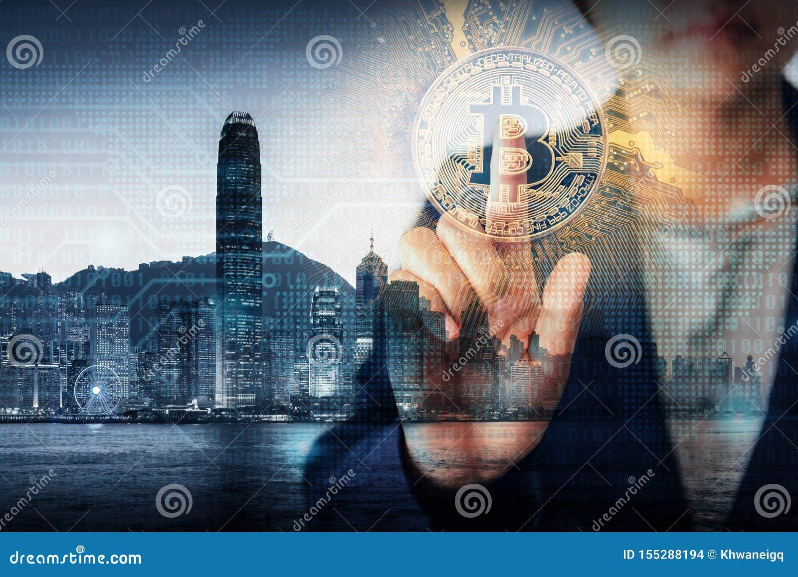 Het dubbele Concept Blootstellings van Bedrijfsfinanciën en Technologiecryptocurrency, Bedrijfsvrouwenhand drukt Bitcoin met Hong