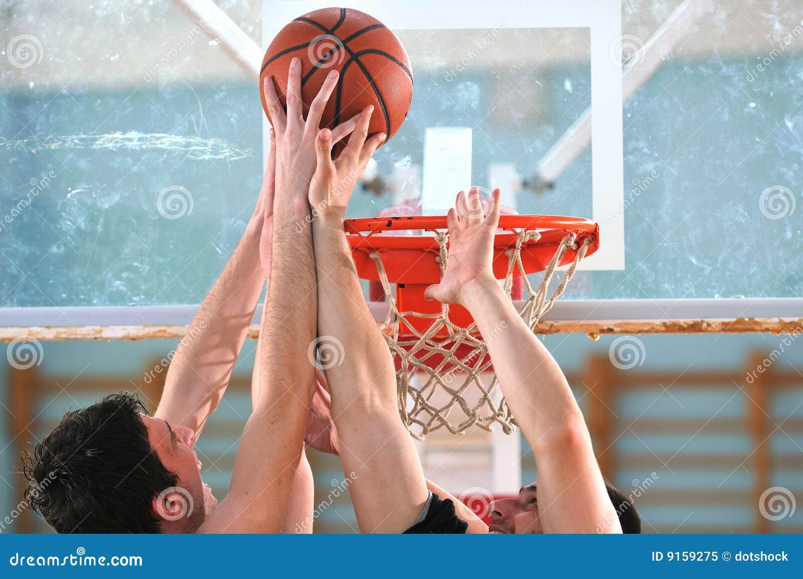 Het duel van het basketbal