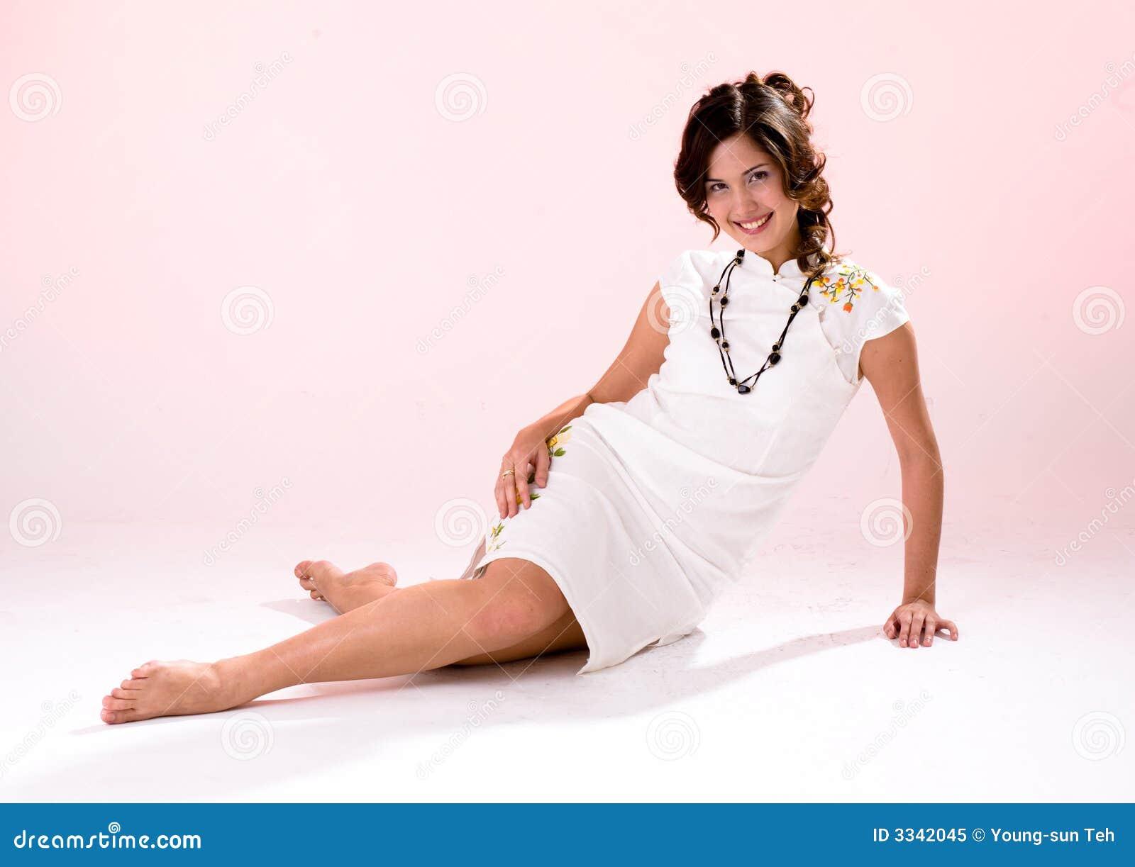 Het dwars meisje van de been witte kleding