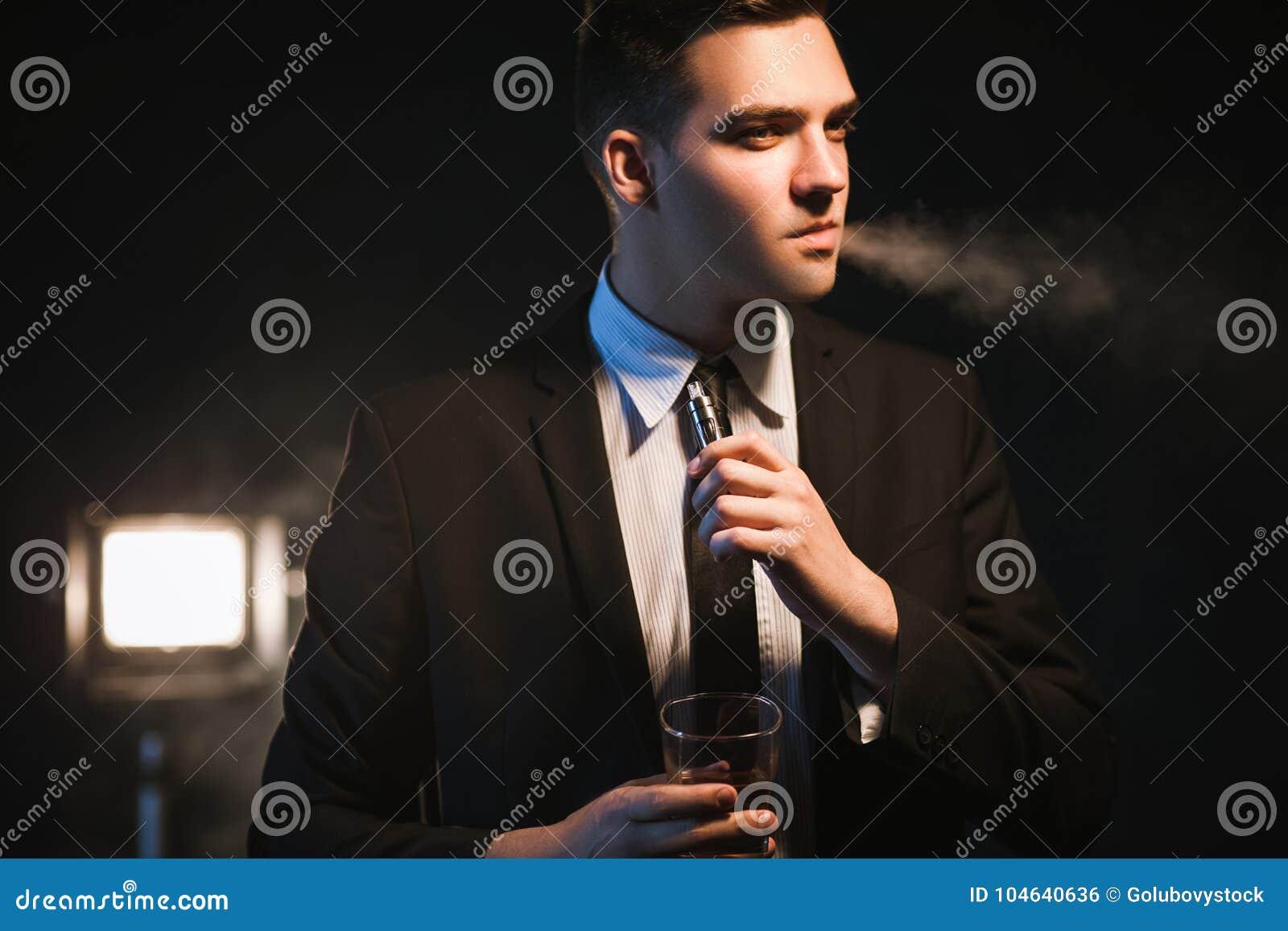 Download Het Eersteklas De Levensstijlalcohol Van De Mensenluxe Roken Stock Foto - Afbeelding bestaande uit succesvol, levensstijl: 104640636