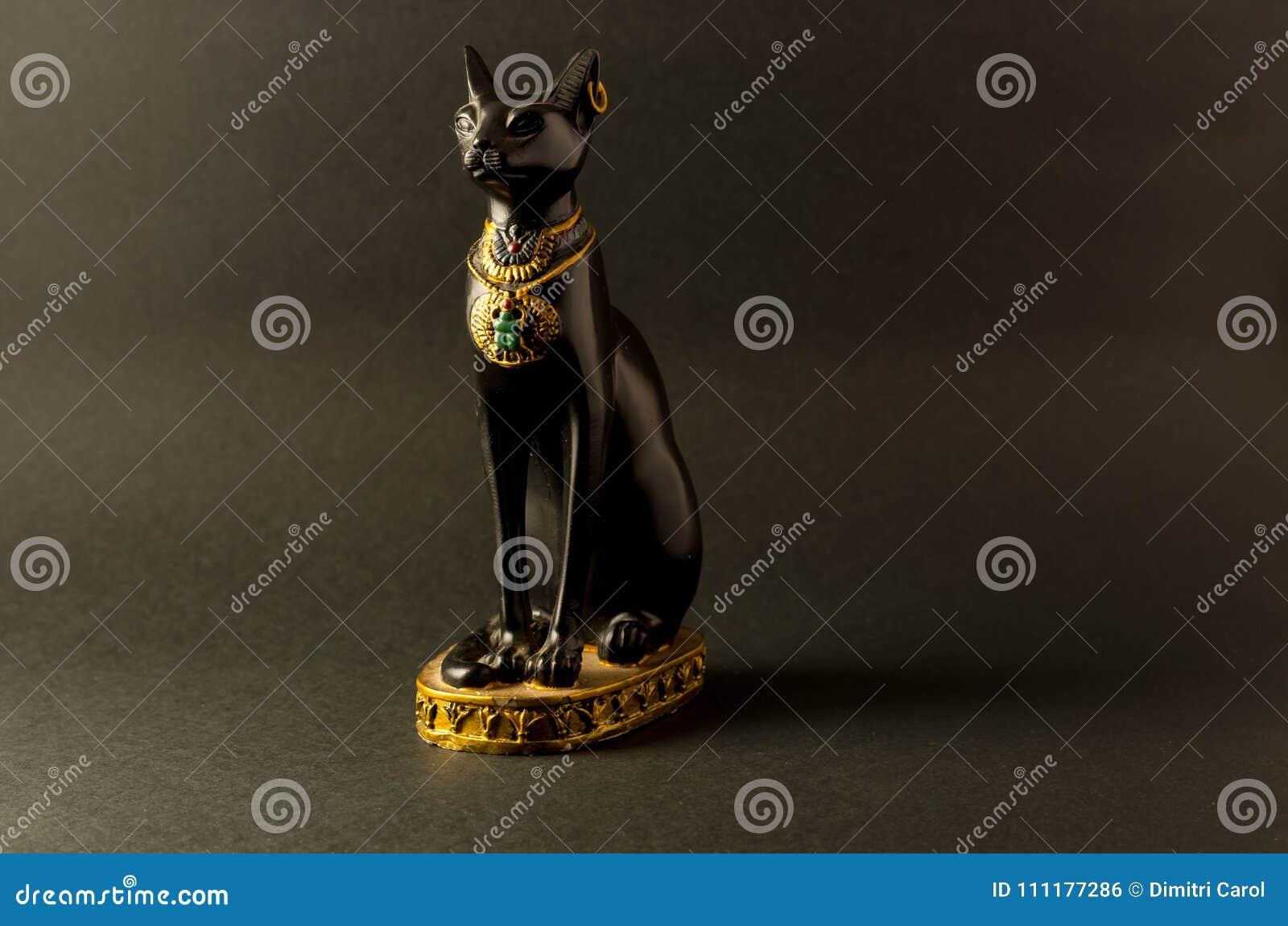 Het Egyptische zwarte beeldje van de bastetkat op zwarte achtergrond