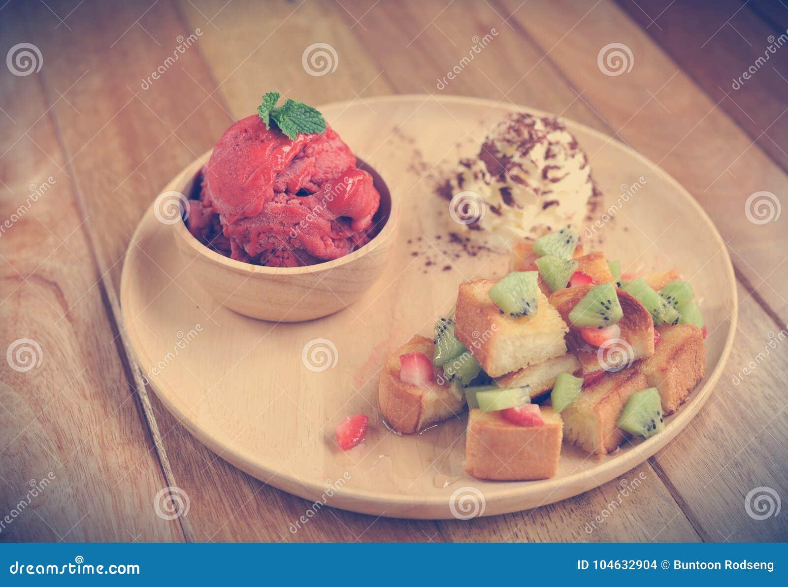 Download Het Eigengemaakte Organische Roomijs Van Het Aardbeifruit Stock Foto - Afbeelding bestaande uit room, esdoorn: 104632904