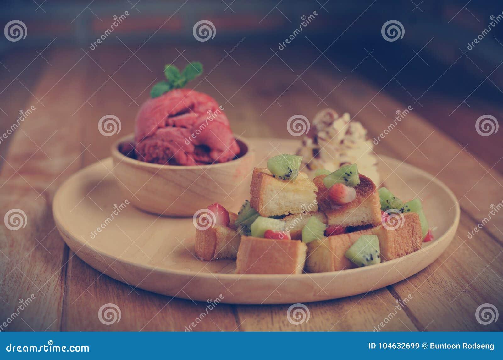 Download Het Eigengemaakte Organische Roomijs Van Het Aardbeifruit In Kom Stock Afbeelding - Afbeelding bestaande uit lepel, geïsoleerd: 104632699