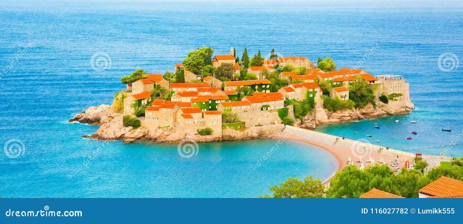 Het eiland van Svetistefan op Budva Riviera, Montenegro
