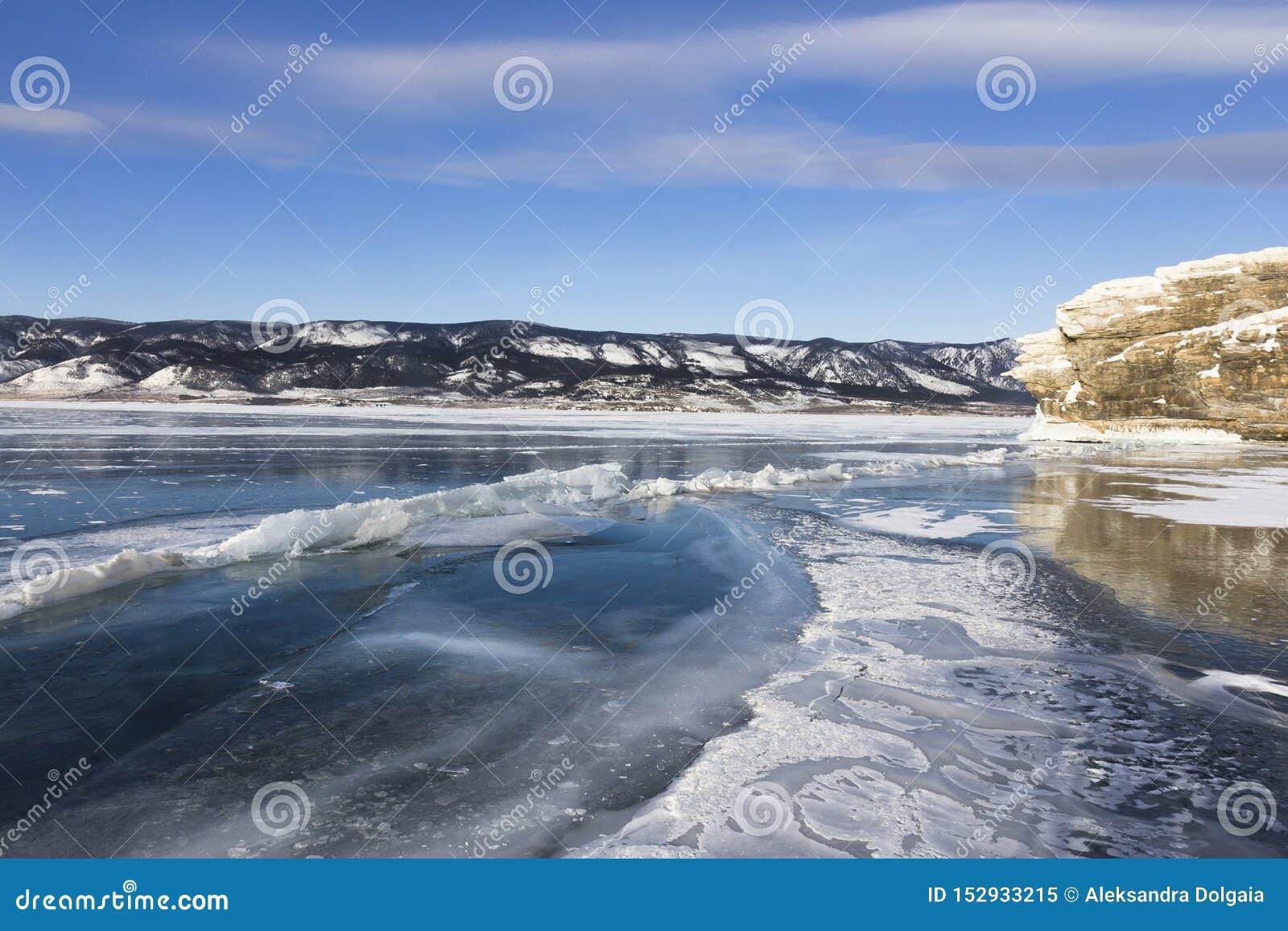 Het eilandlandschap van de winterolkhon van Meer Baikal