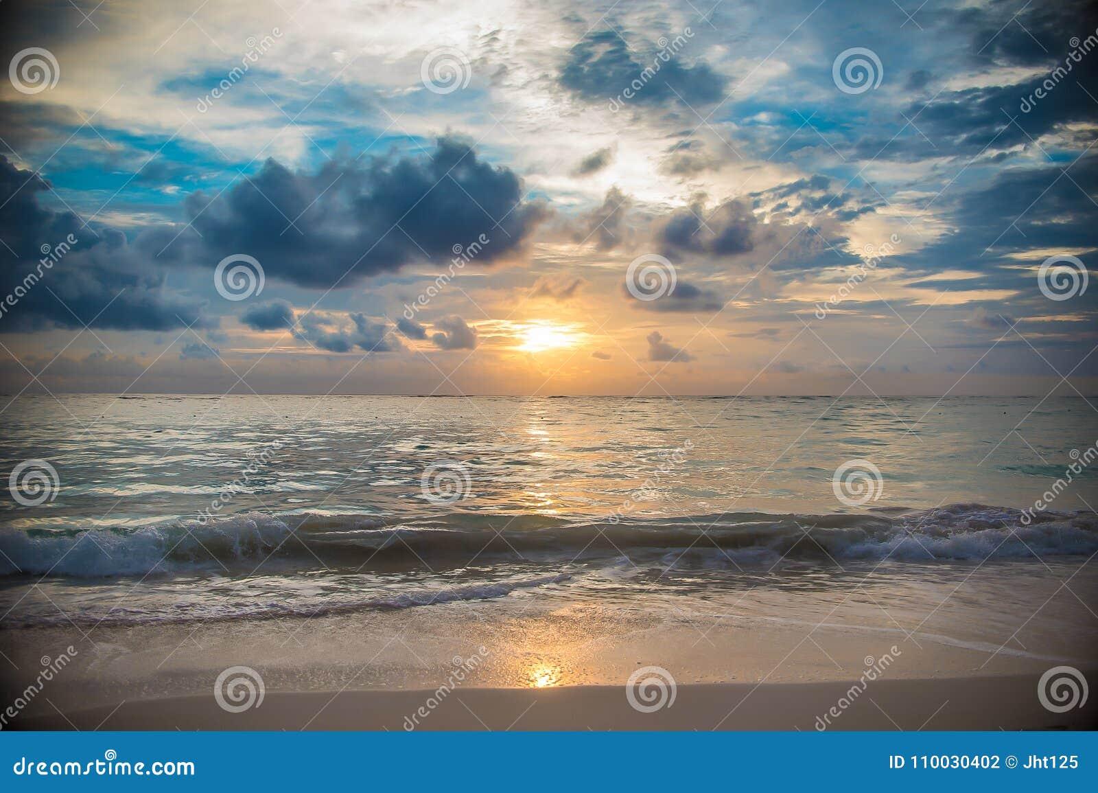 Het eilandzonsopgang en zonsondergang van de Dominicaanse republiek