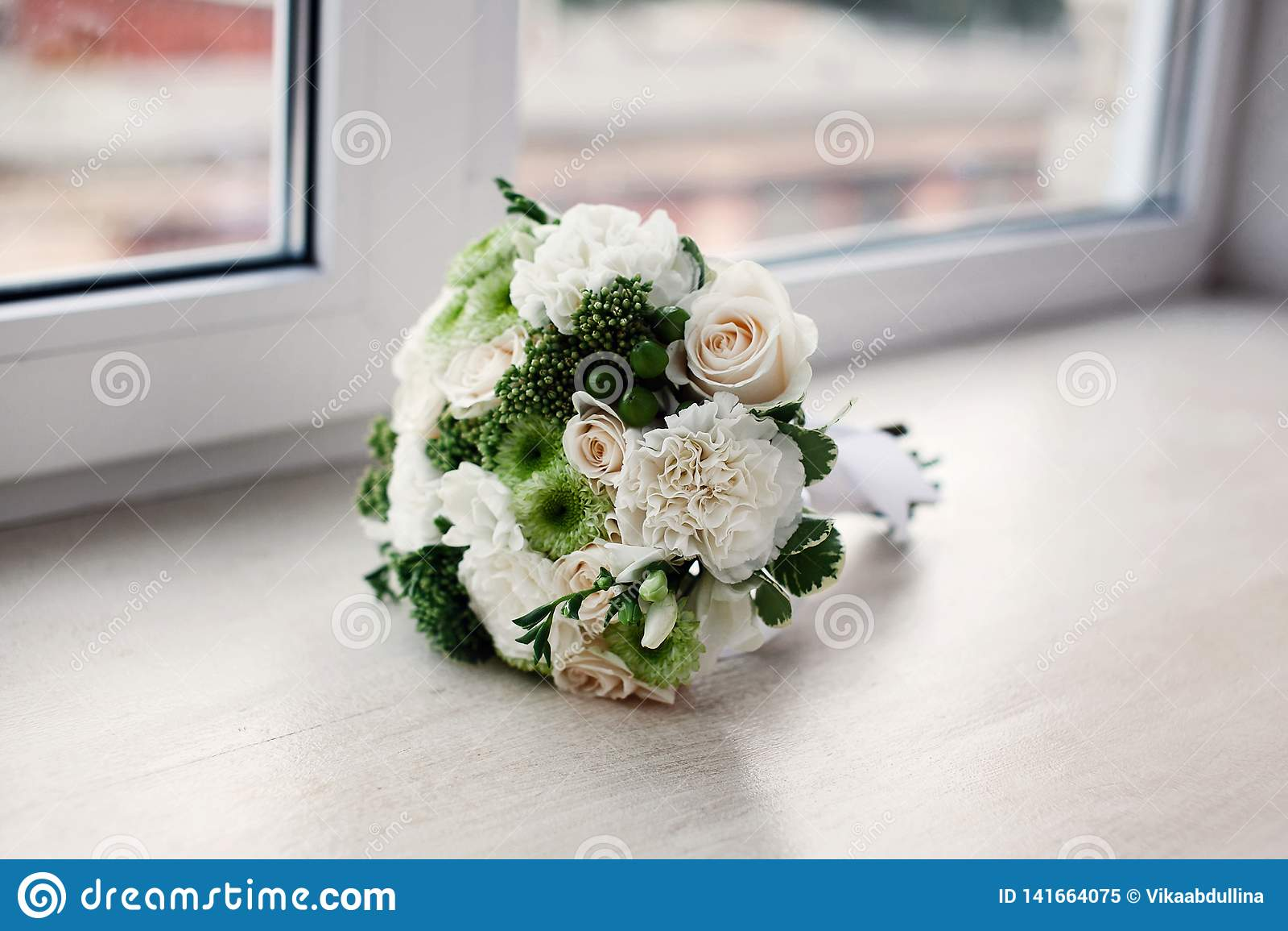 Het elegante boeket van de huwelijksbruid met rozen
