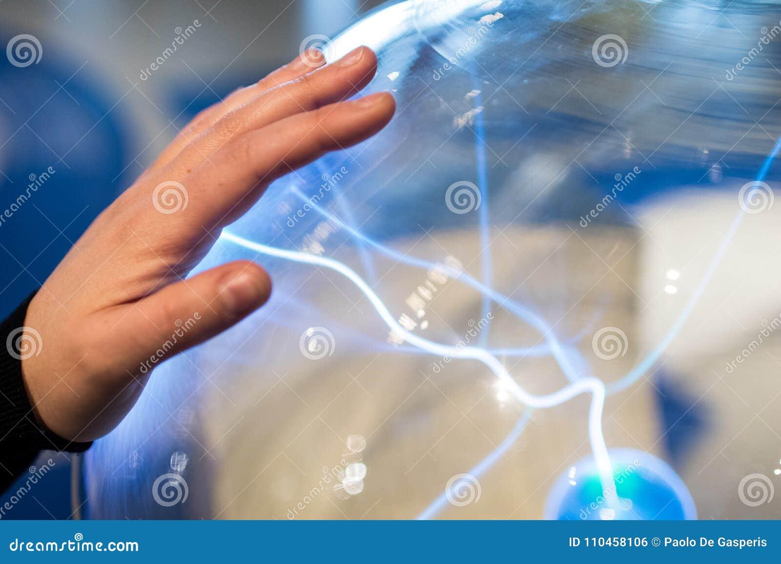 Het elektrische plasma van de gebiedopbrengst met blauwe vonken en bout Scienc