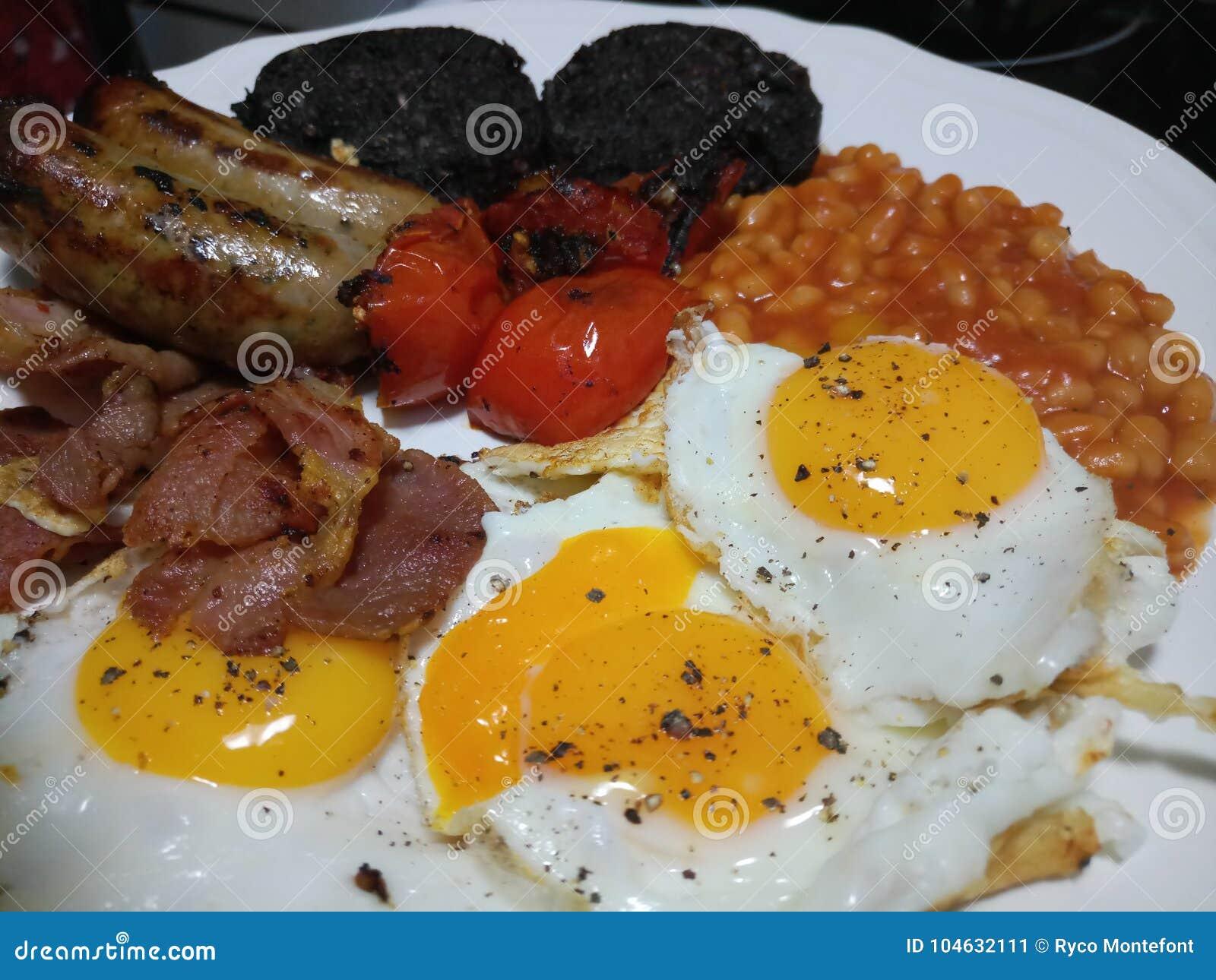Download Het Engelse Ontbijt Diende Heet En Vers Stock Afbeelding - Afbeelding bestaande uit gediend, gebraden: 104632111